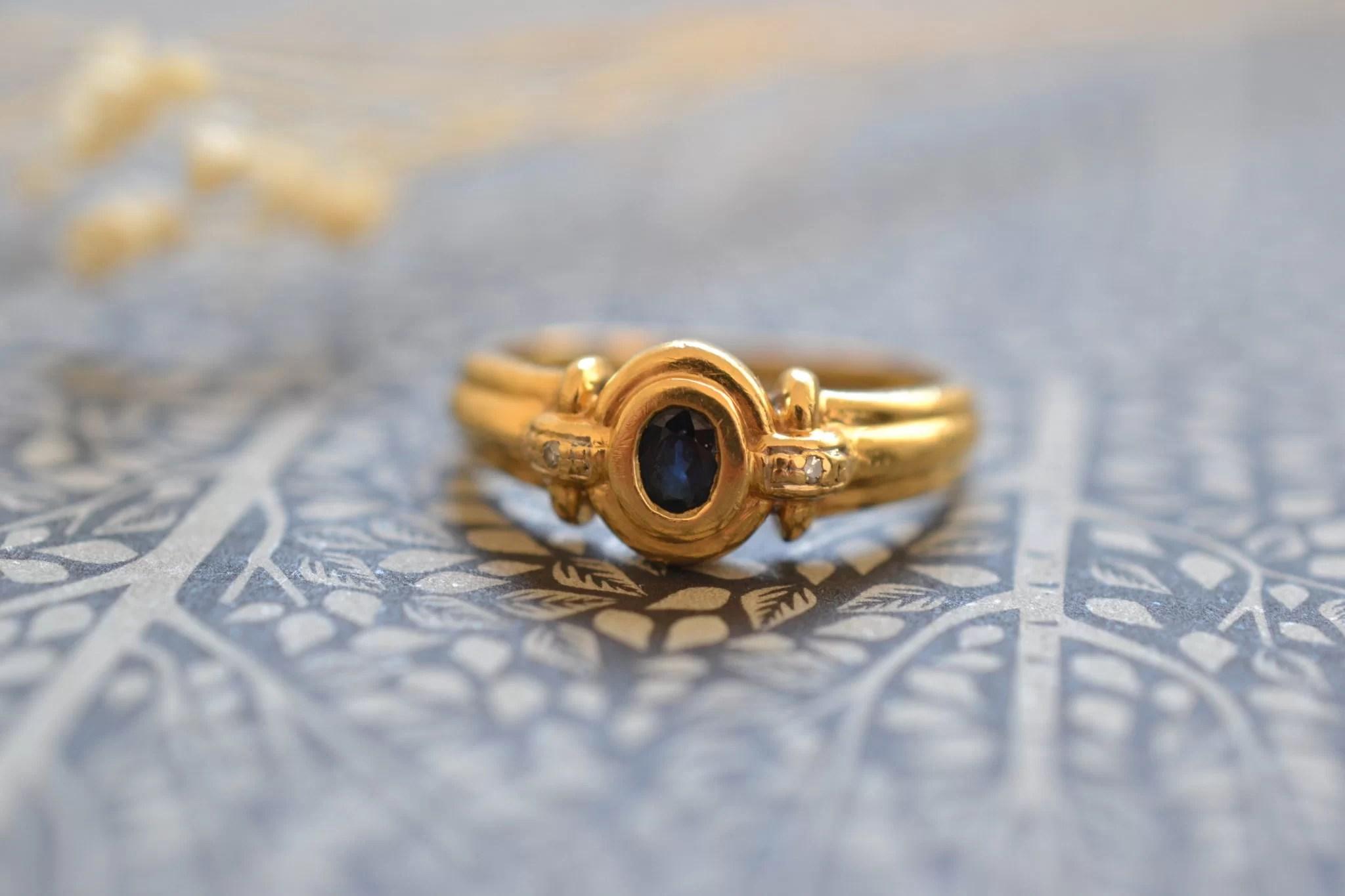 Bague Godronnée Ancienne Ornée D'un Saphir Et De Deux Diamants - Bague Vintage Fiançailles