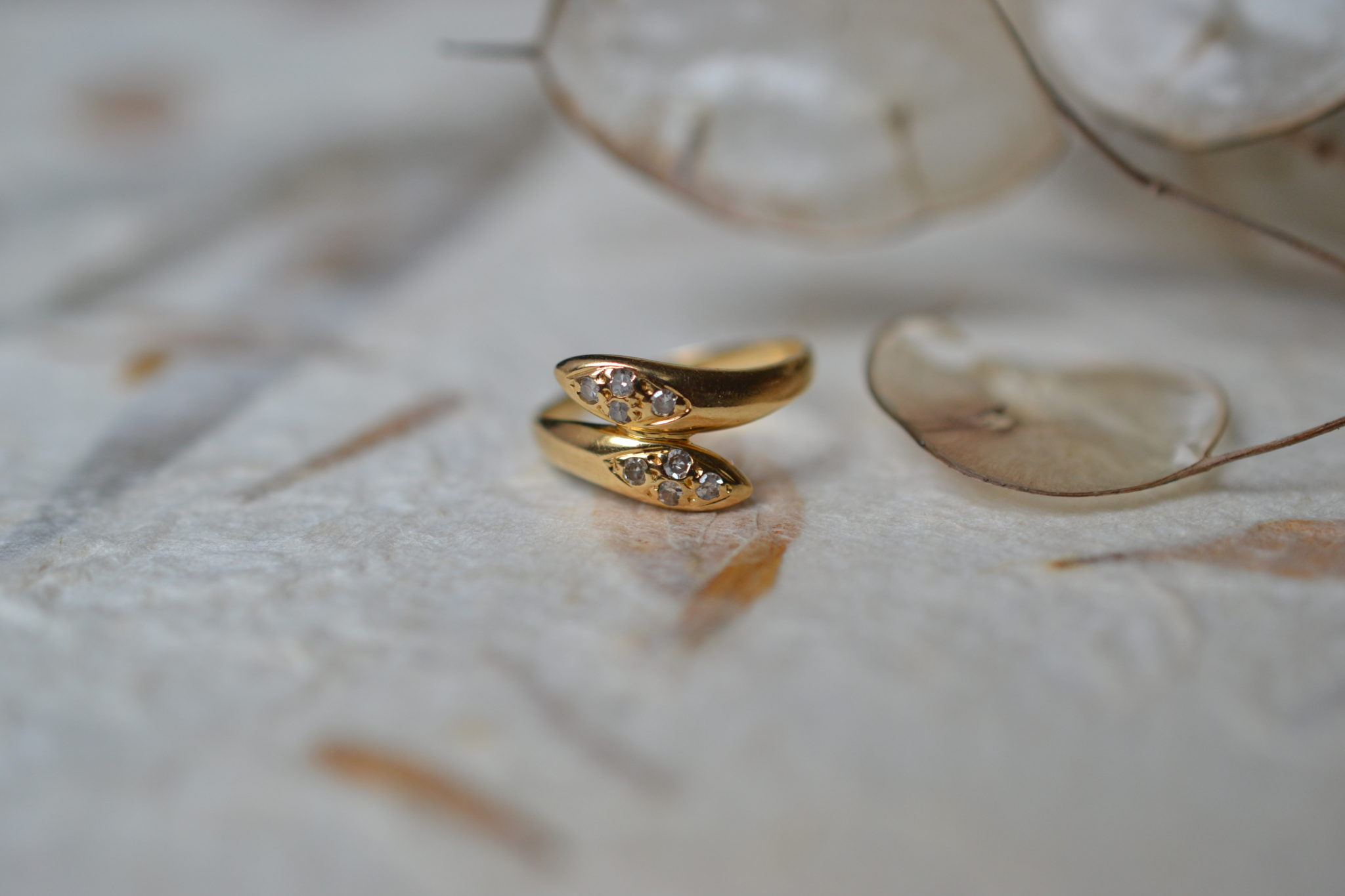 Bague de petit doigt en forme de serpents entrelacés en Or jaune ornée de 8 diamants bijou éthique