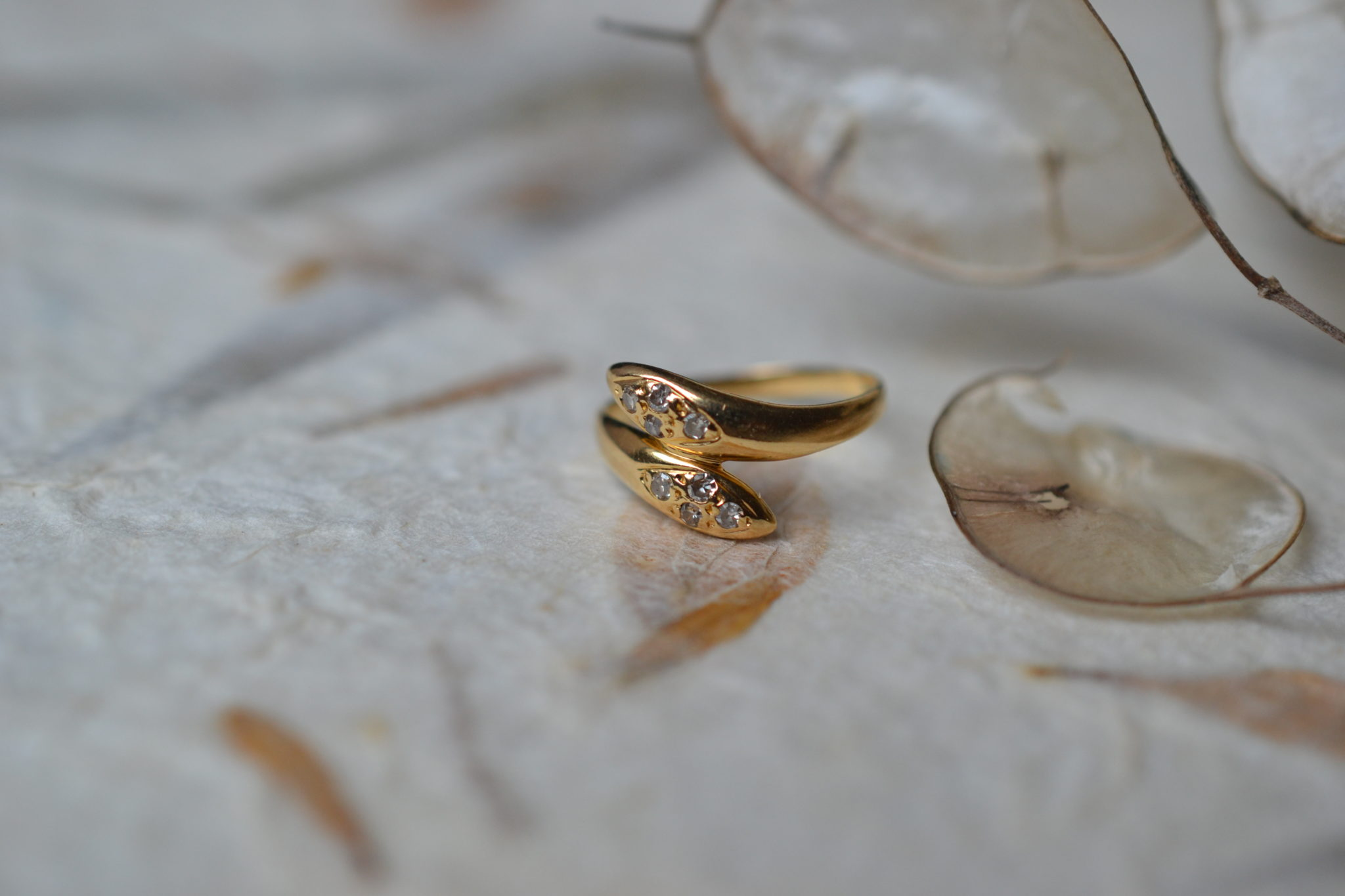 Bague de petit doigt en forme de serpents entrelacés en Or jaune ornée de 8 diamants bijou seconde main