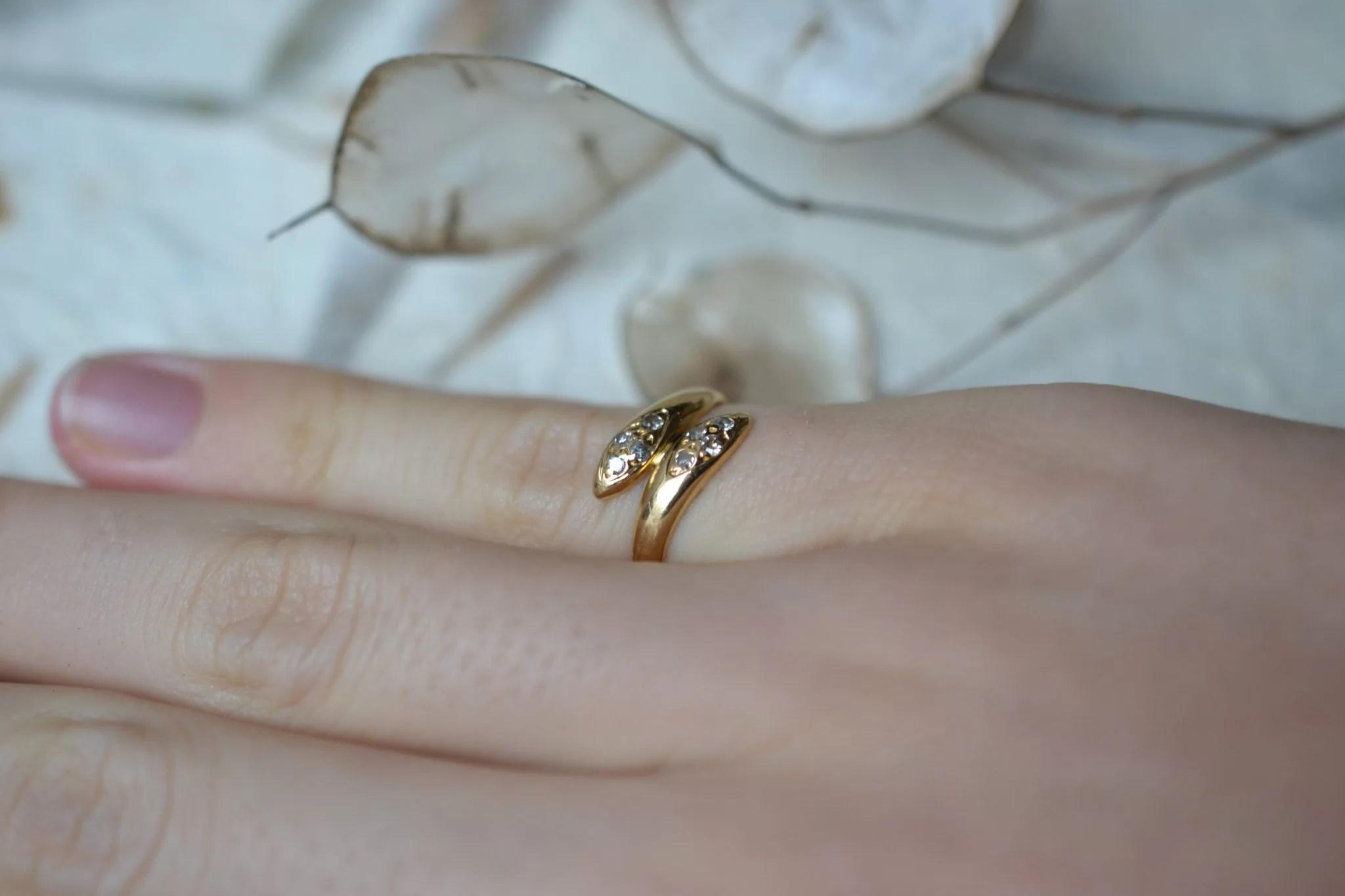 Bague de petit doigt en forme de serpents entrelacés en Or jaune ornée de 8 diamants bijou vintage