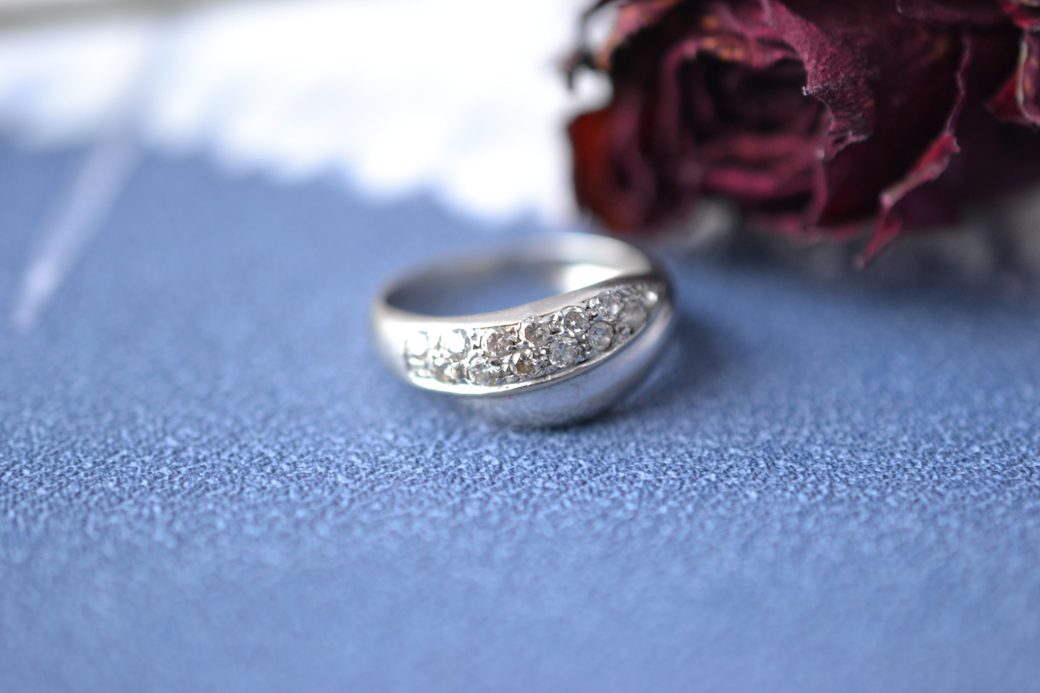 Bague lien croisé en Or rhodié sertie de diamants - bague rétro