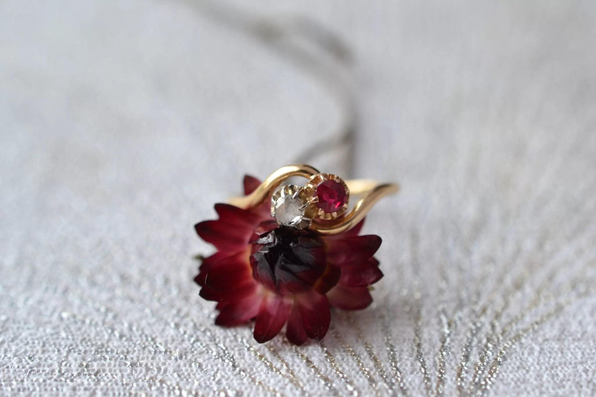 """Bague """"toi et moi"""" en Or jaune sertie d'un diamant de taille rose et d'un corindon de synthèse de couleur rouge - bague ancienne"""