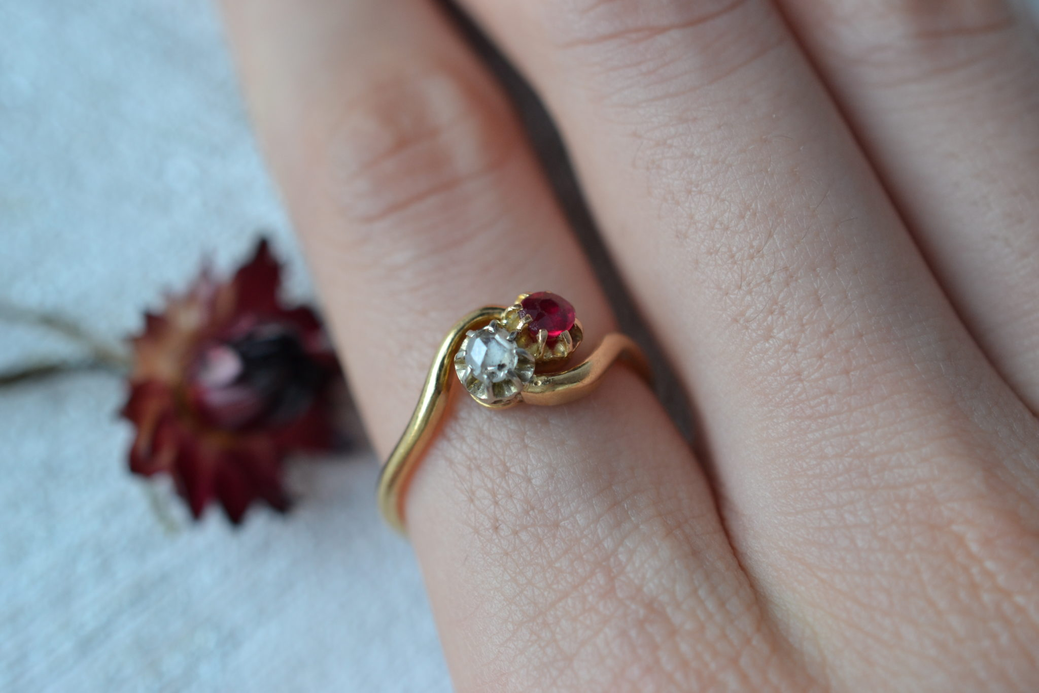 """Bague """"toi et moi"""" en Or jaune sertie d'un diamant de taille rose et d'un corindon de synthèse de couleur rouge - bague rétro"""