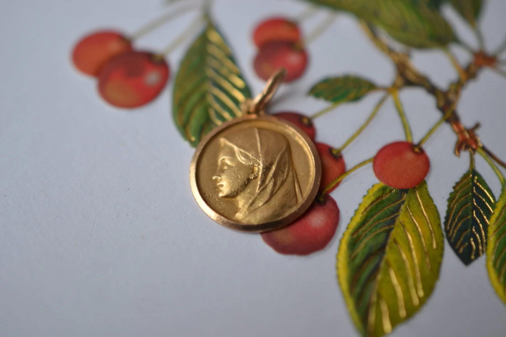 Médaille ronde en Or jaune décorée du profil de la Vierge - pendentif rétro