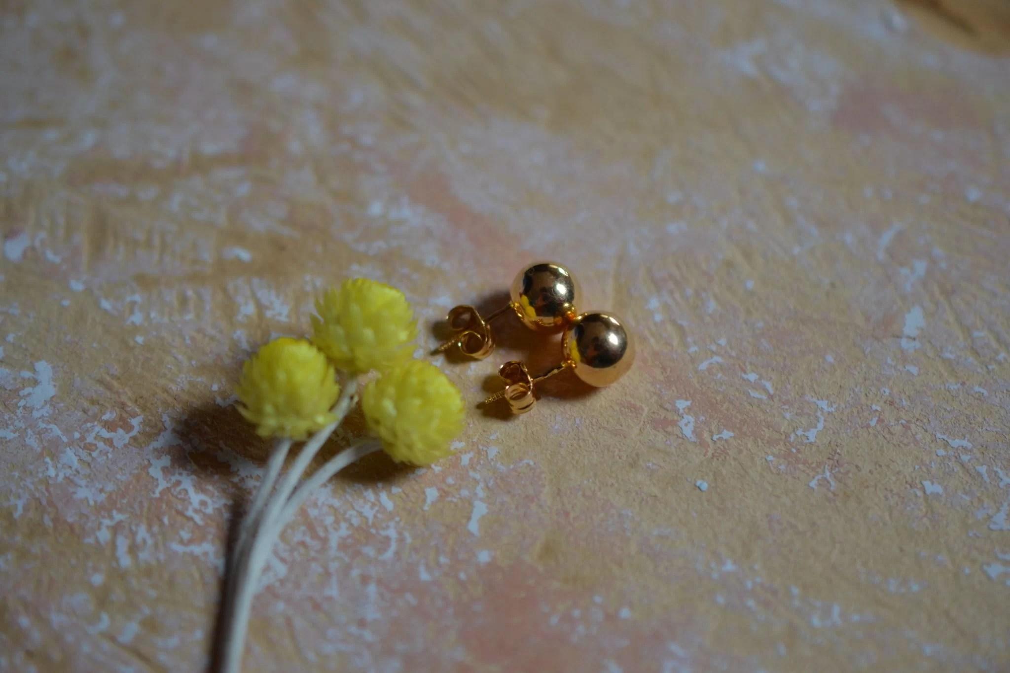 Paire de puces d_oreilles en Or jaune en forme de boules - boucles d_oreilles de seconde main