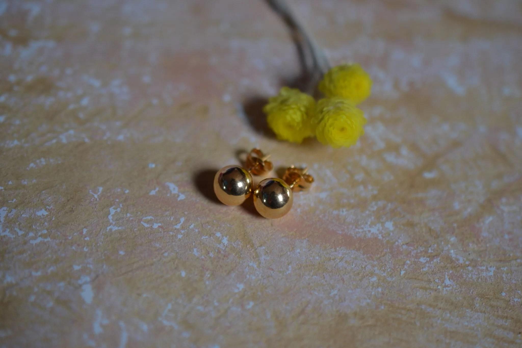 Paire de puces d_oreilles en Or jaune en forme de boules - boucles d_oreilles éthiques