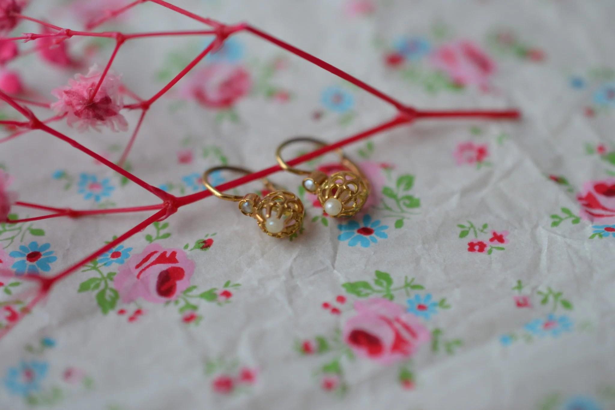 Petite Paire De Boucles D_oreilles Dormeuses En Or Jaune Ornées De Demi-perles - Boucles D_oreilles Anciennes