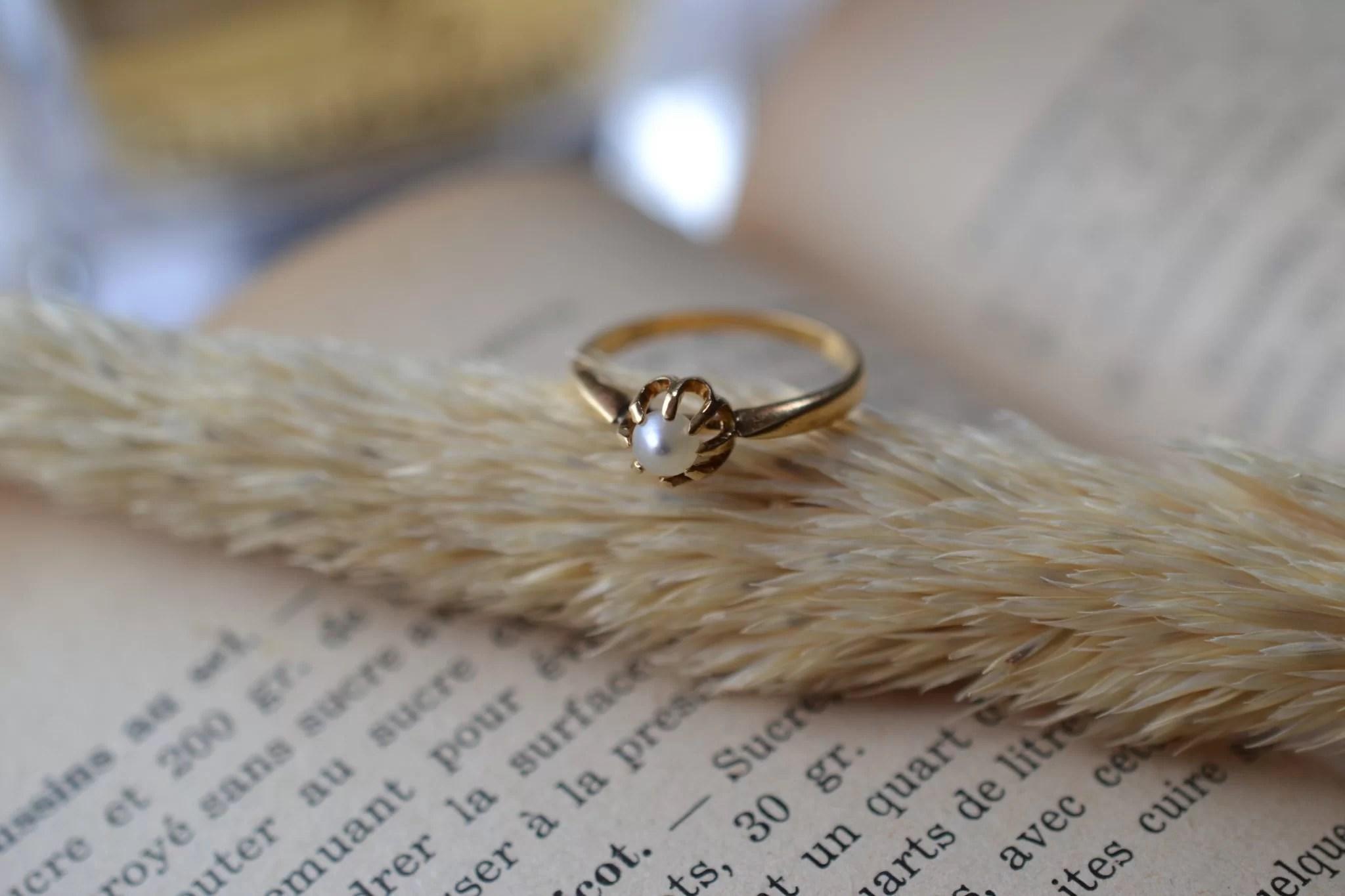 Bague Solitaire en Or jaune griffée d_une perle blanche - bague de fiançailles Vintage