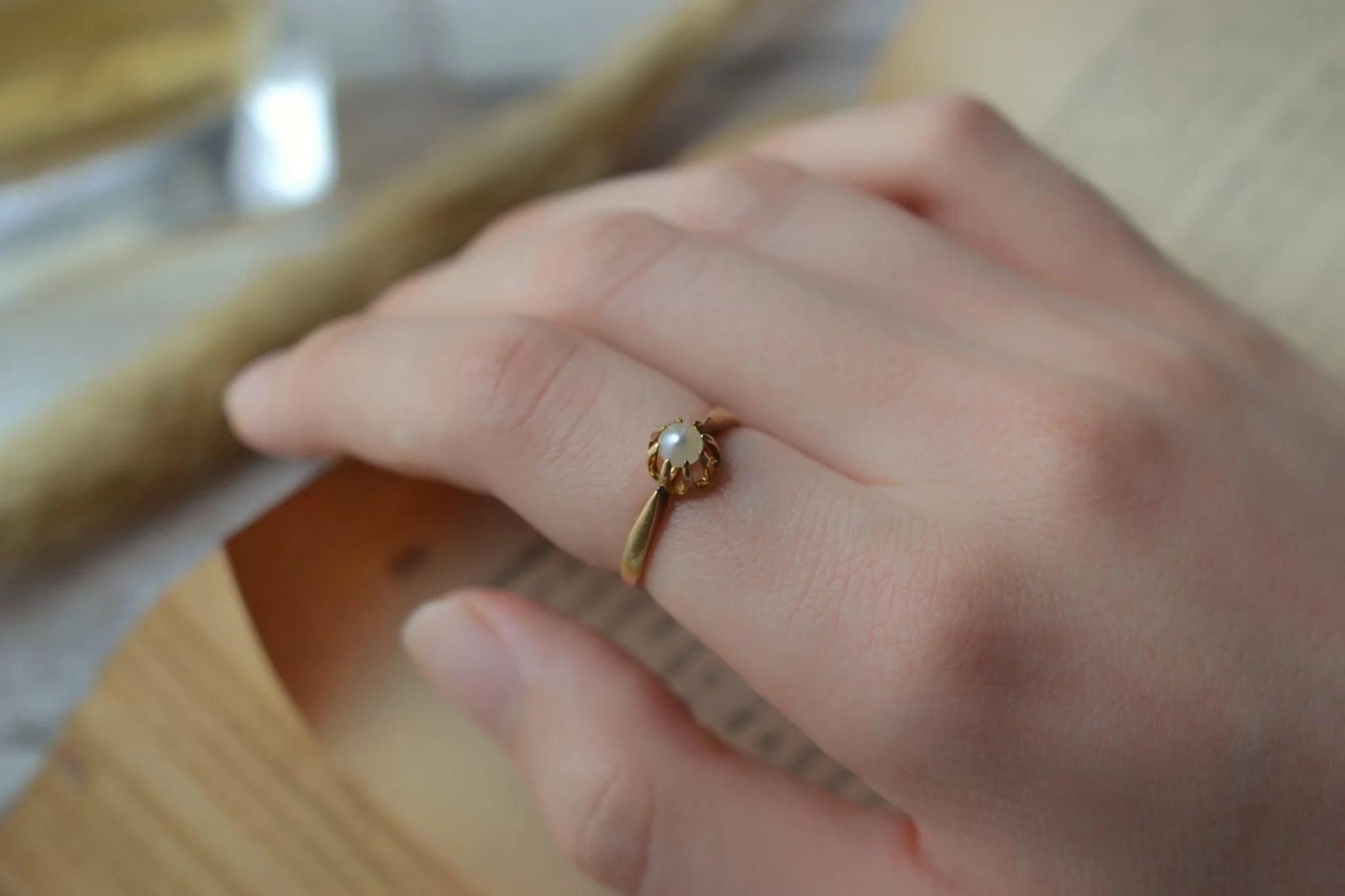 Bague Solitaire en Or jaune griffée d_une perle blanche - bague de seconde main