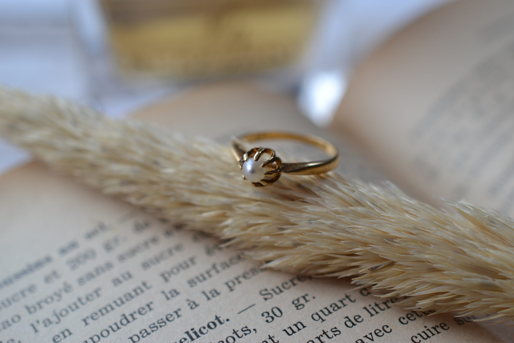 Bague Solitaire en Or jaune griffée d_une perle blanche - bague rétro