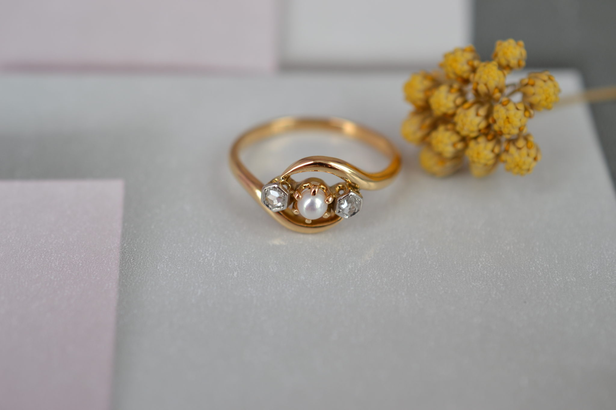 Bague _Toi et Moi_ Belle Époque en Or jaune, sertie de deux roses de diamant et d_une petite perle - bague ancienne