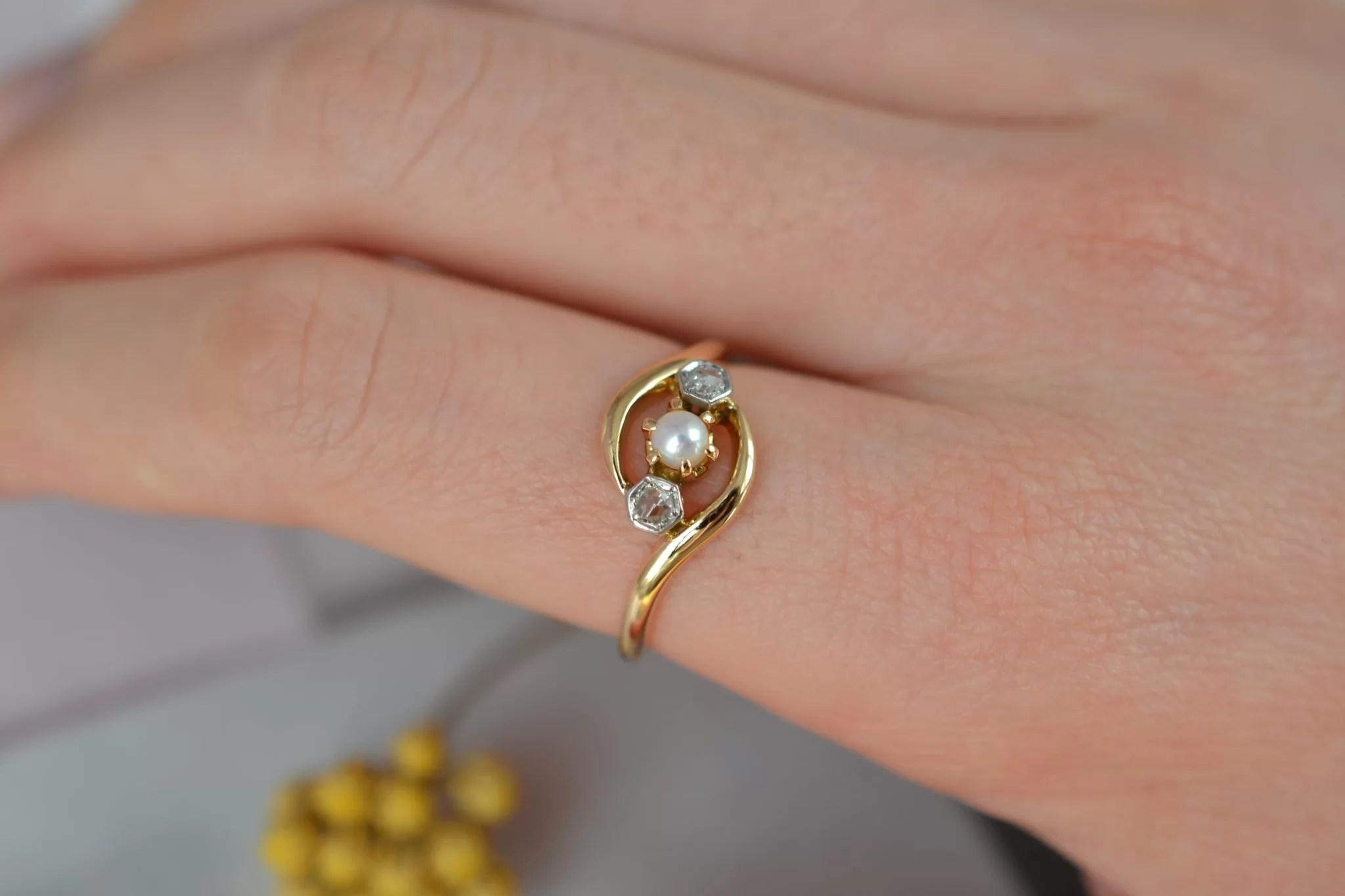 Bague _Toi et Moi_ Belle Époque en Or jaune, sertie de deux roses de diamant et d_une petite perle - bague rétro