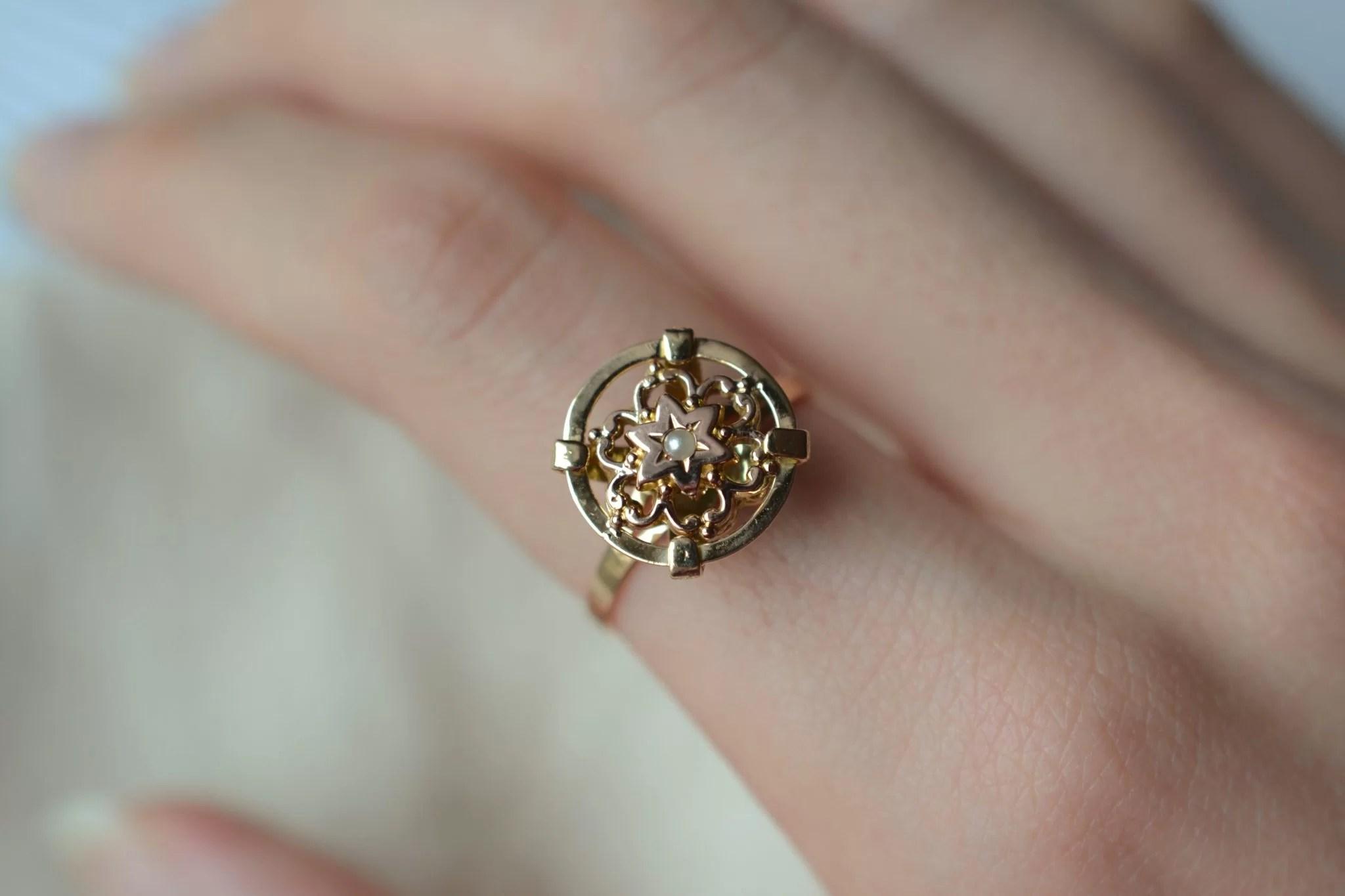 Bague en Or jaune ornée d_une demi-perle de culture sur un plateau en forme de disque, décoré d_un motif fleuri en Or rose - bague éthique