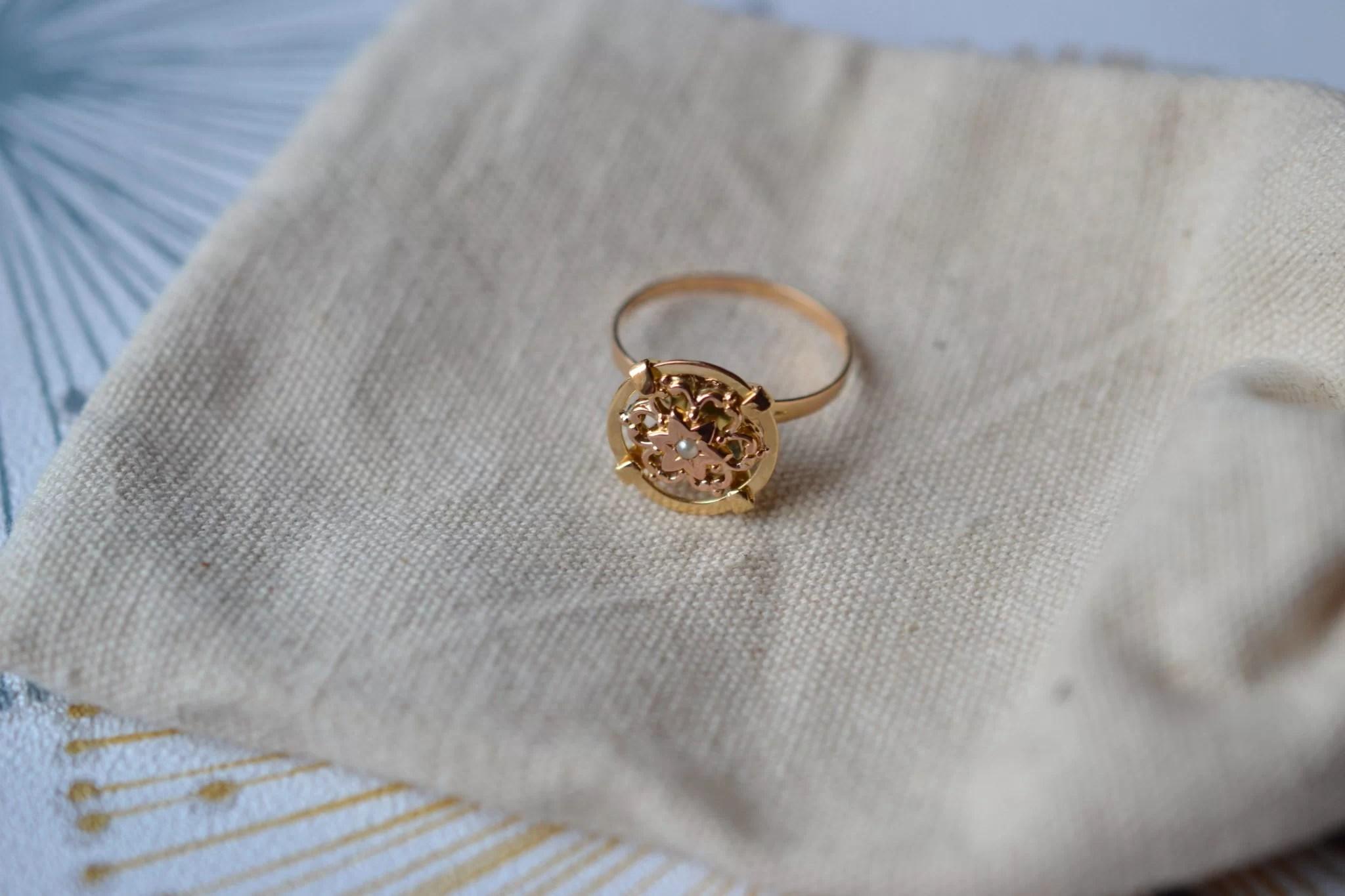 Bague En Or Jaune Ornée D_une Demi-perle De Culture Sur Un Plateau En Forme De Disque, Décoré D_un Motif Fleuri En Or Rose - Bague Rétro