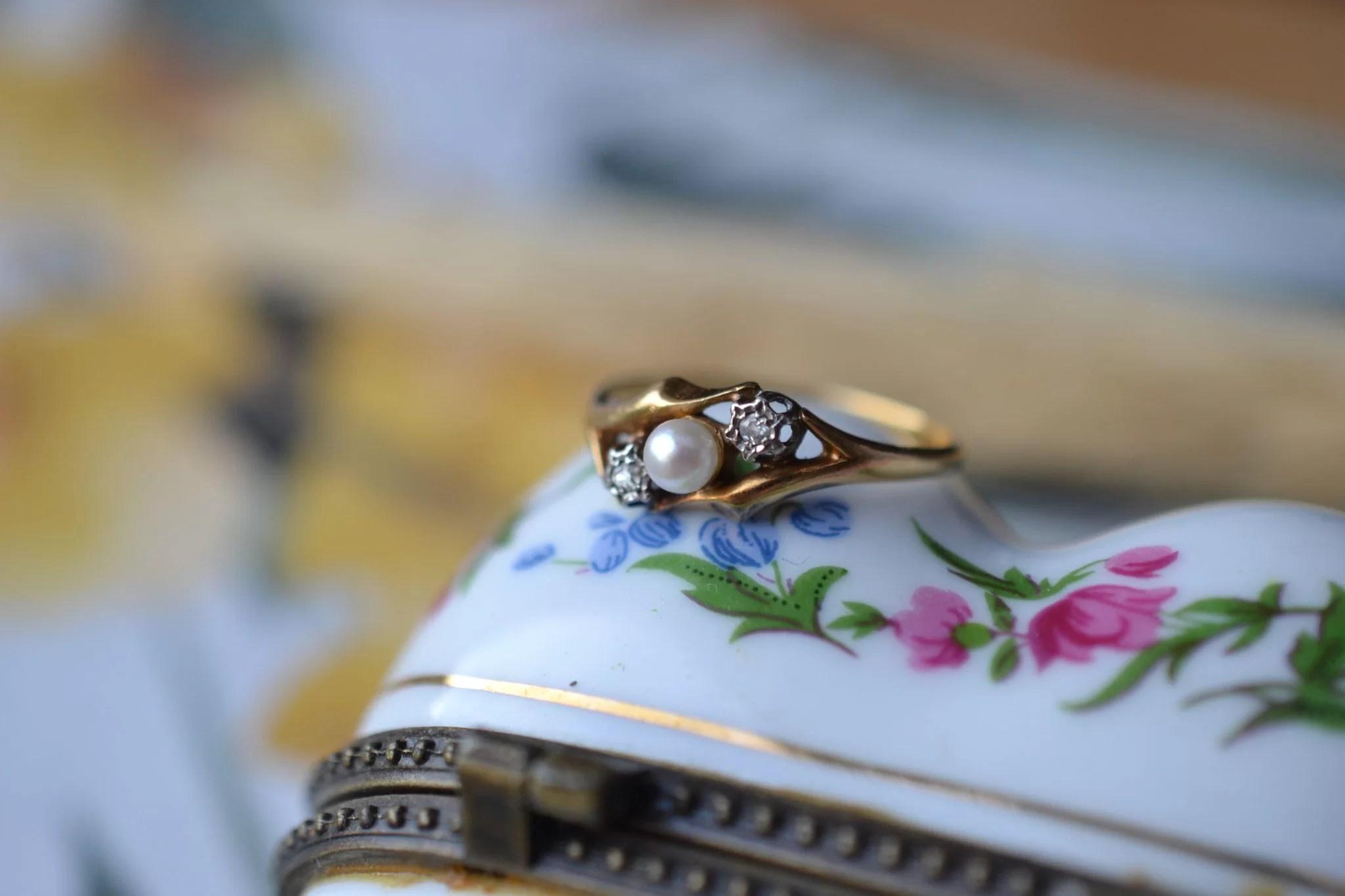Bague En Or Jaune Ornée D_une Perle Bouton Entourée De 2 Diamants - Bague De Fiançailles Vintage