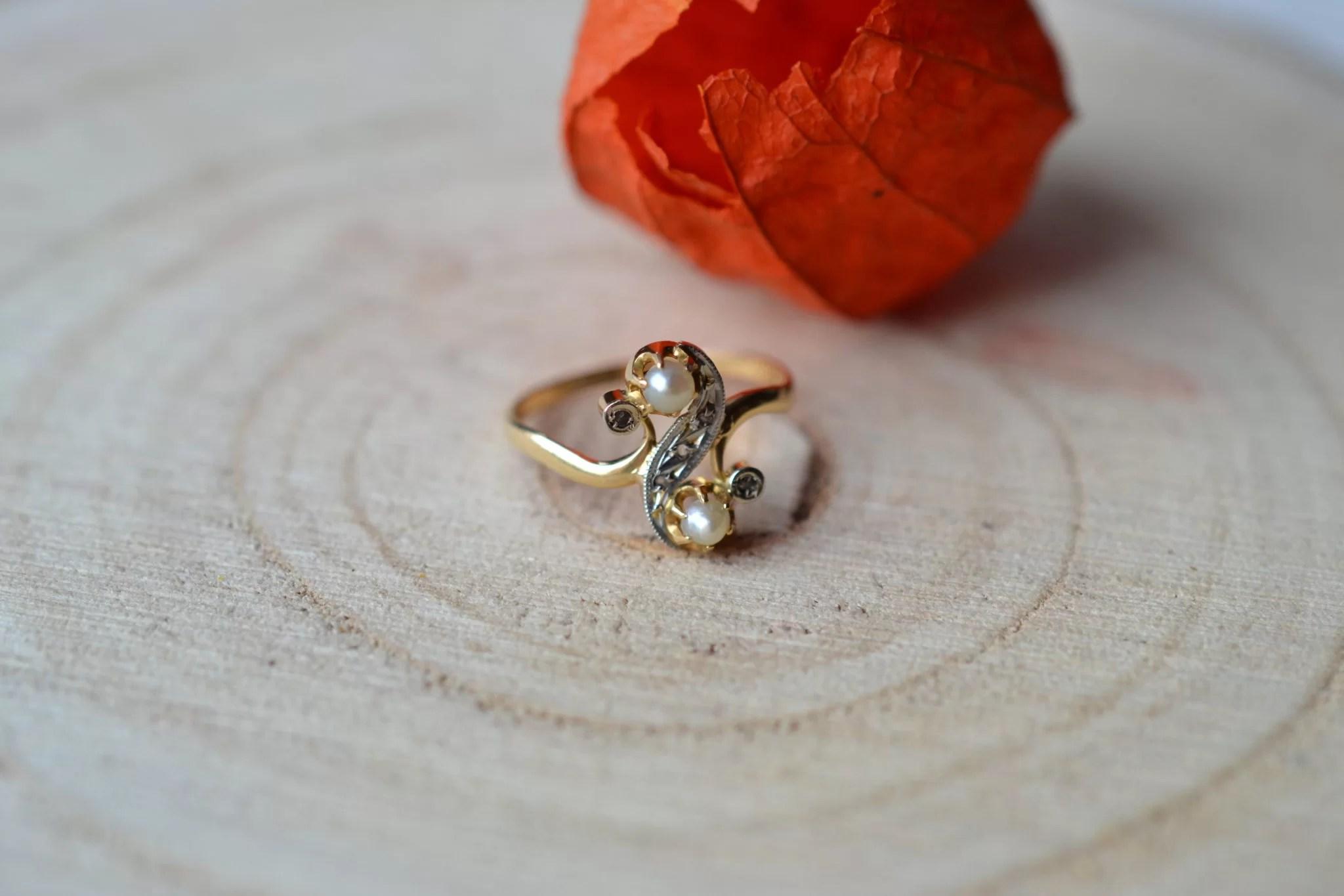 Bague En Or Jaune Et Or Blanc, Agrémentée De Deux Perles Boutons Et De Diamants - Bague Ancienne