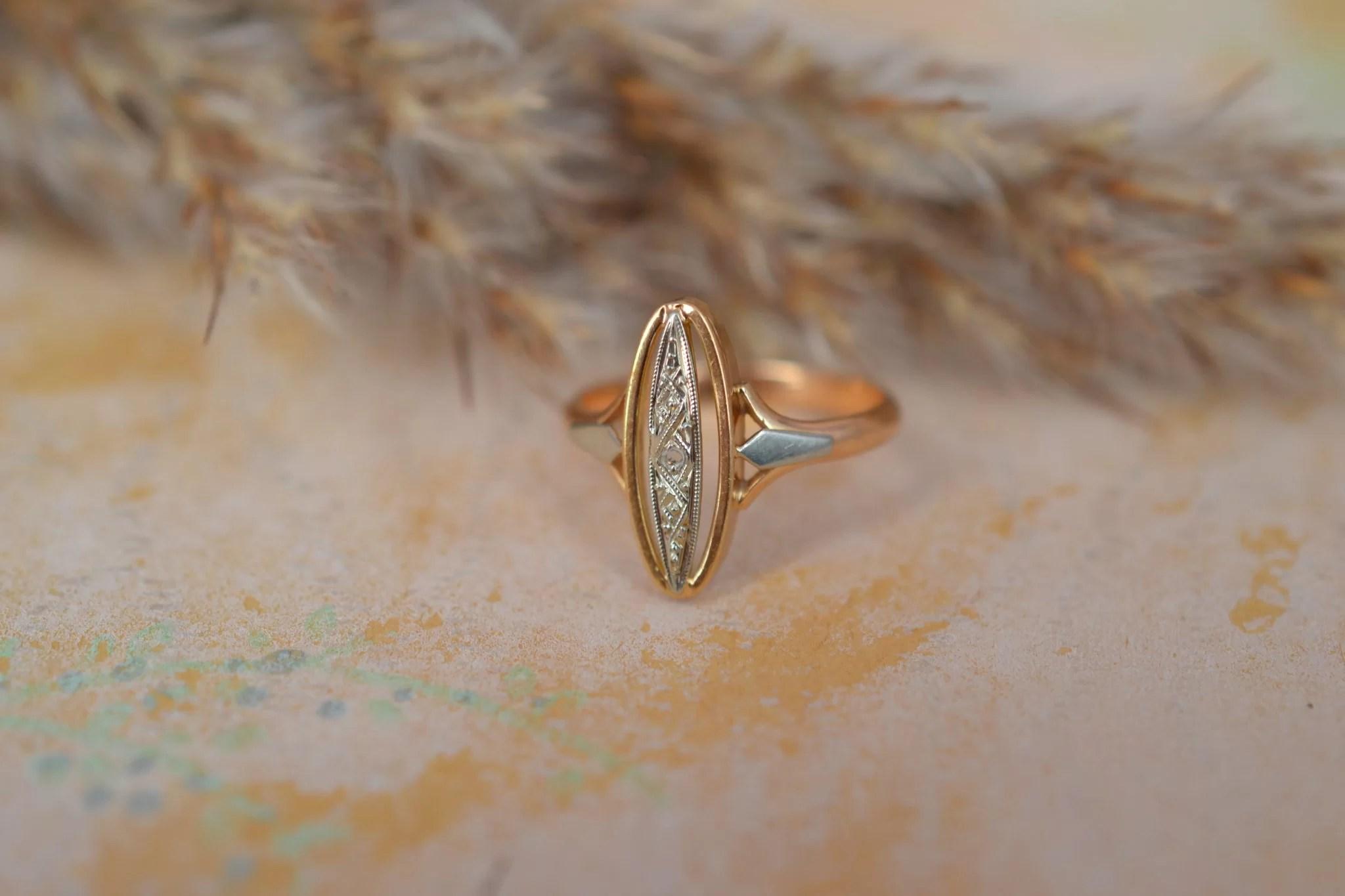 Bague en Or jaune et Or blanc sertie d_une pierre blanche sur un ornement ovale au décor géométrique - bague ancienne