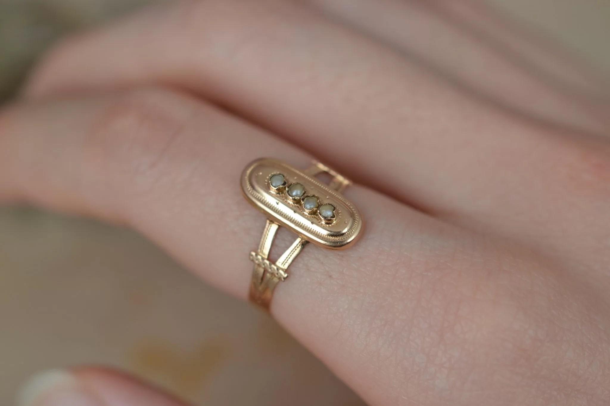 Bague en Or jaune sertie de petites perles sur un motif oblong, datant du XIXème siècle - bague de seconde main