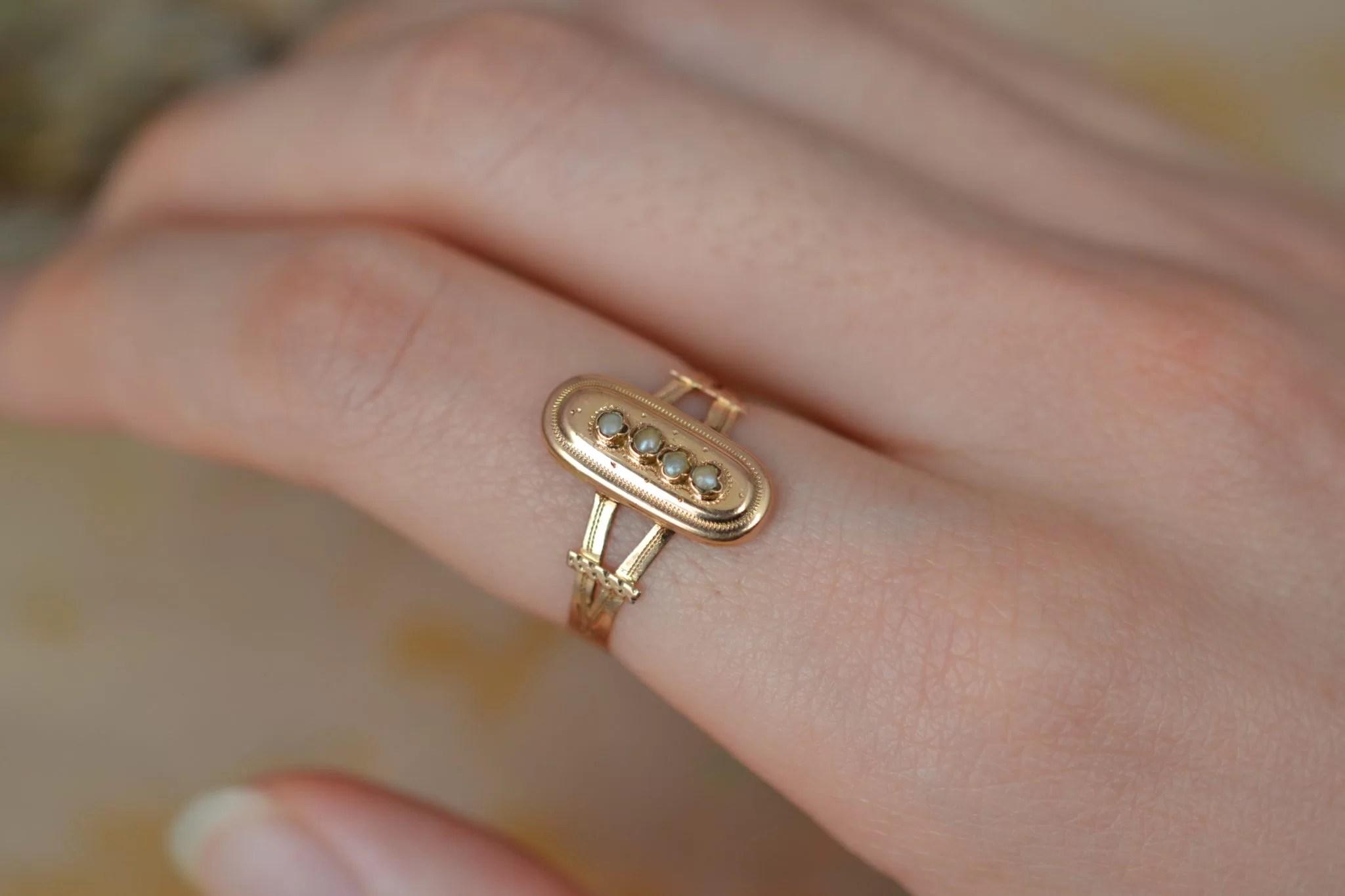 Bague en Or jaune sertie de petites perles sur un motif oblong, datant du XIXème siècle - bague éthique