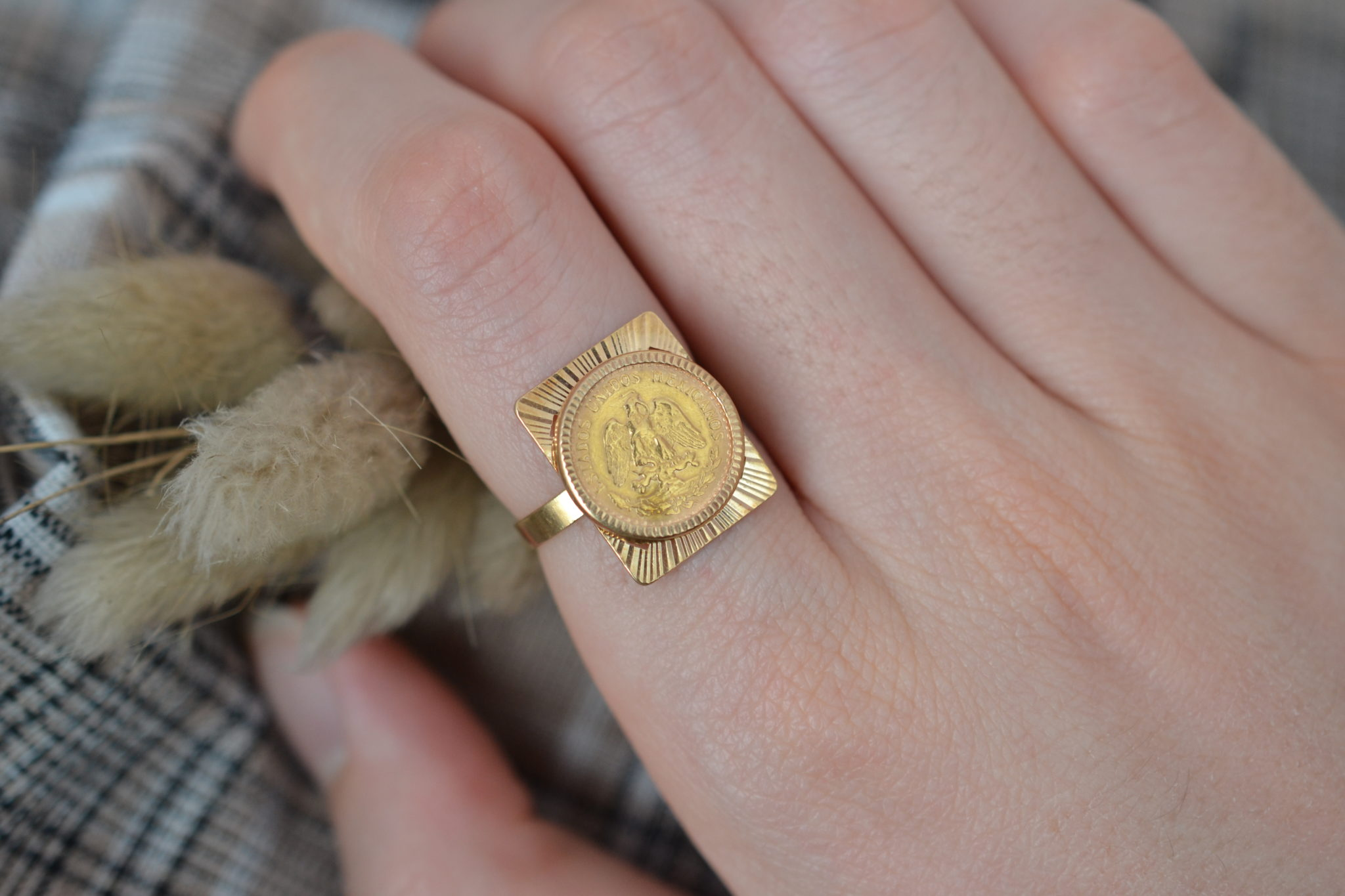 Bague en Or jaune surmontée d_une plaque rectangulaire et d_une pièce en or jaune _estados unidos mexicanos_ - bague de seconde main