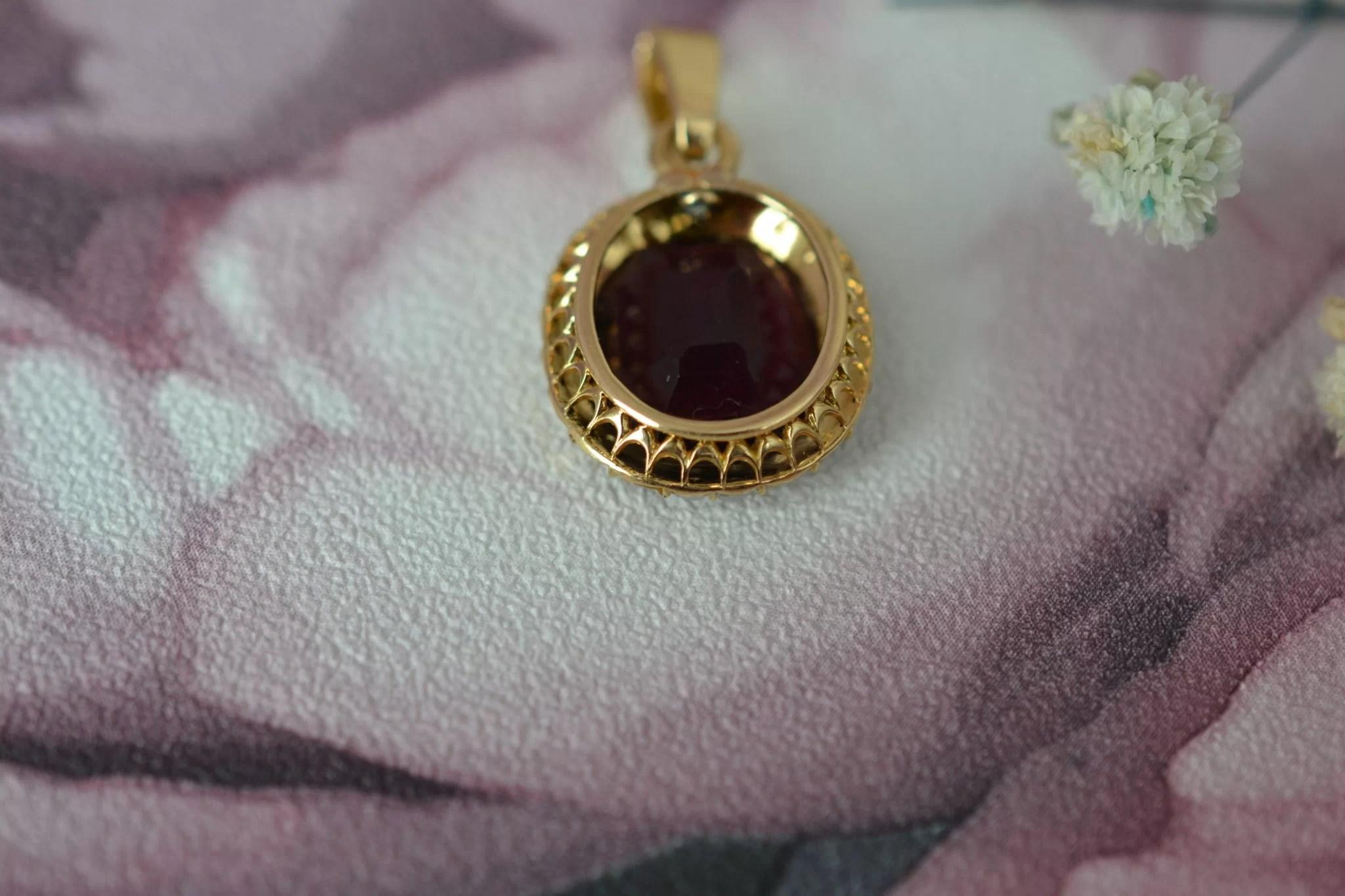 Pendentif en Or jaune serti d_une verrerie couleur grenat et perles fantaisies - bijou ancien