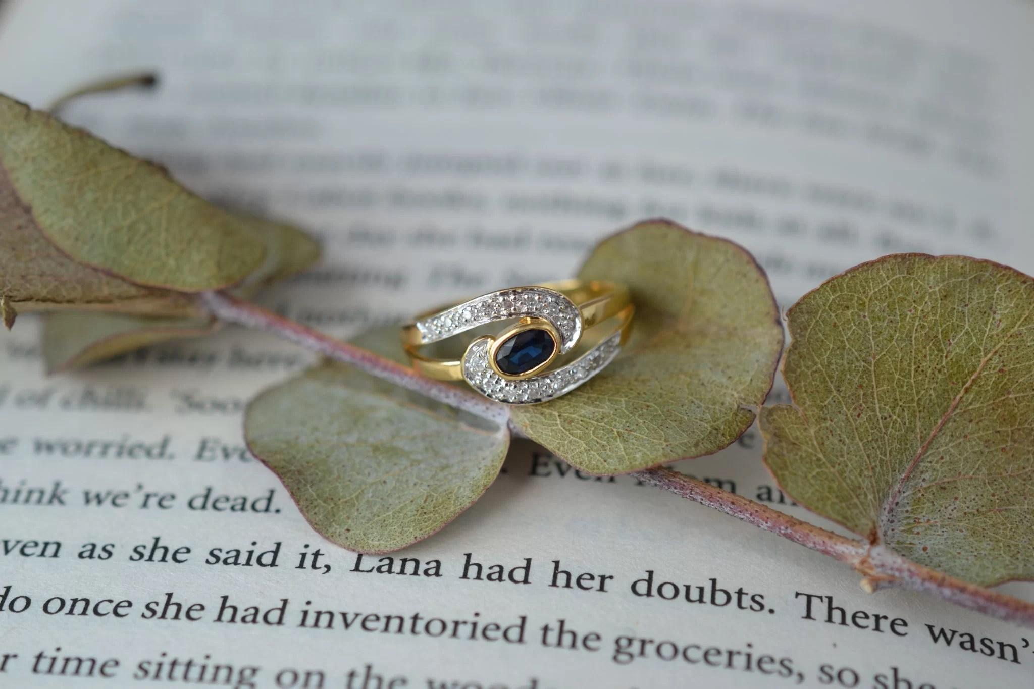 Bague En Or Jaune Ornée D_un Saphir Sur Un Motif Courbé En Or Blanc Serti De Diamants - Bague Ancienne