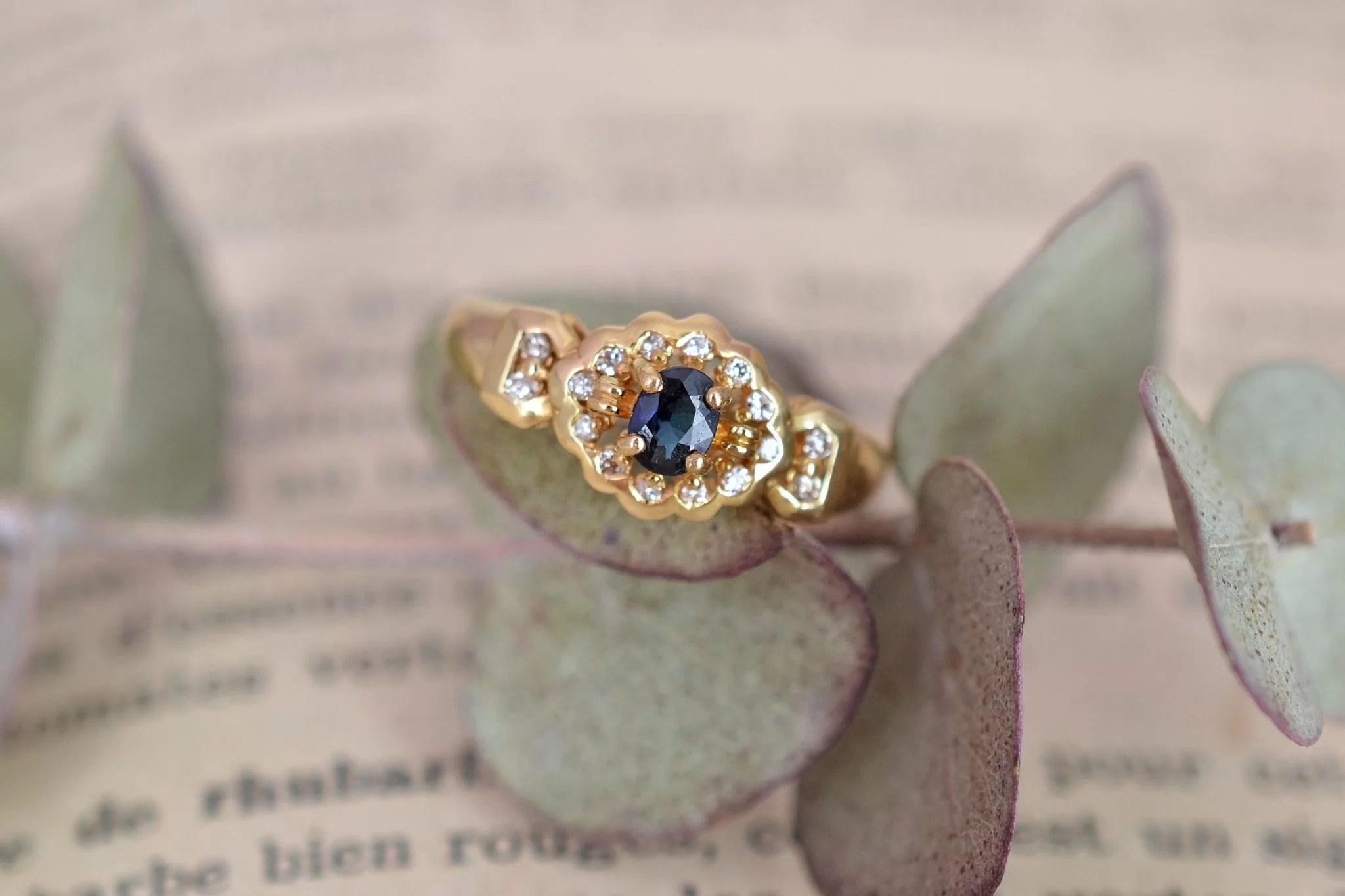 Bague en Or jaune sertie d_un saphir sur un entourage de diamants - bague de fiançailles Vintage