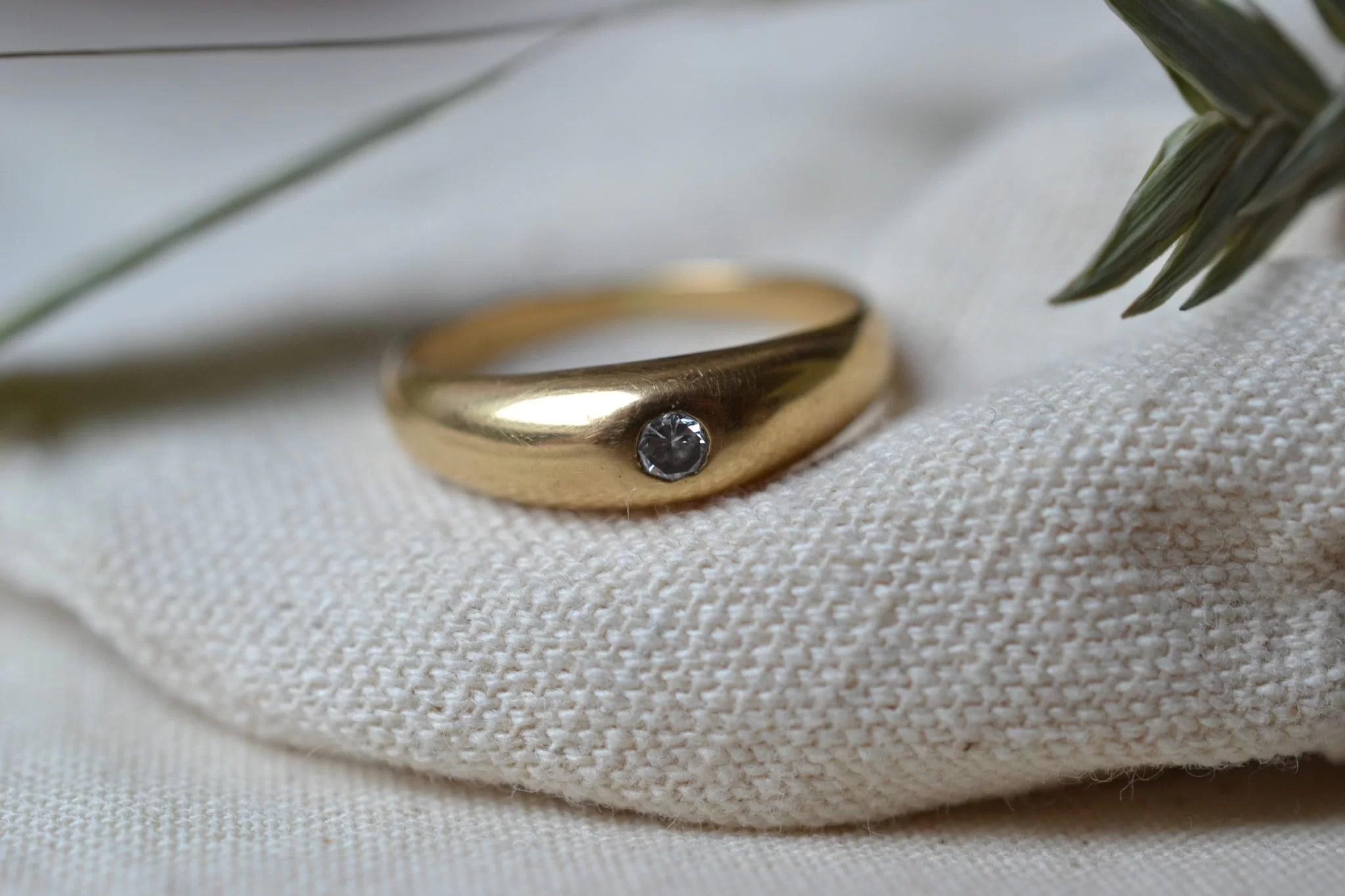 Bague Jonc En Or Jaune Sertie En Clos D_un Petit Diamant Taille Brillant - Bague Ancienne