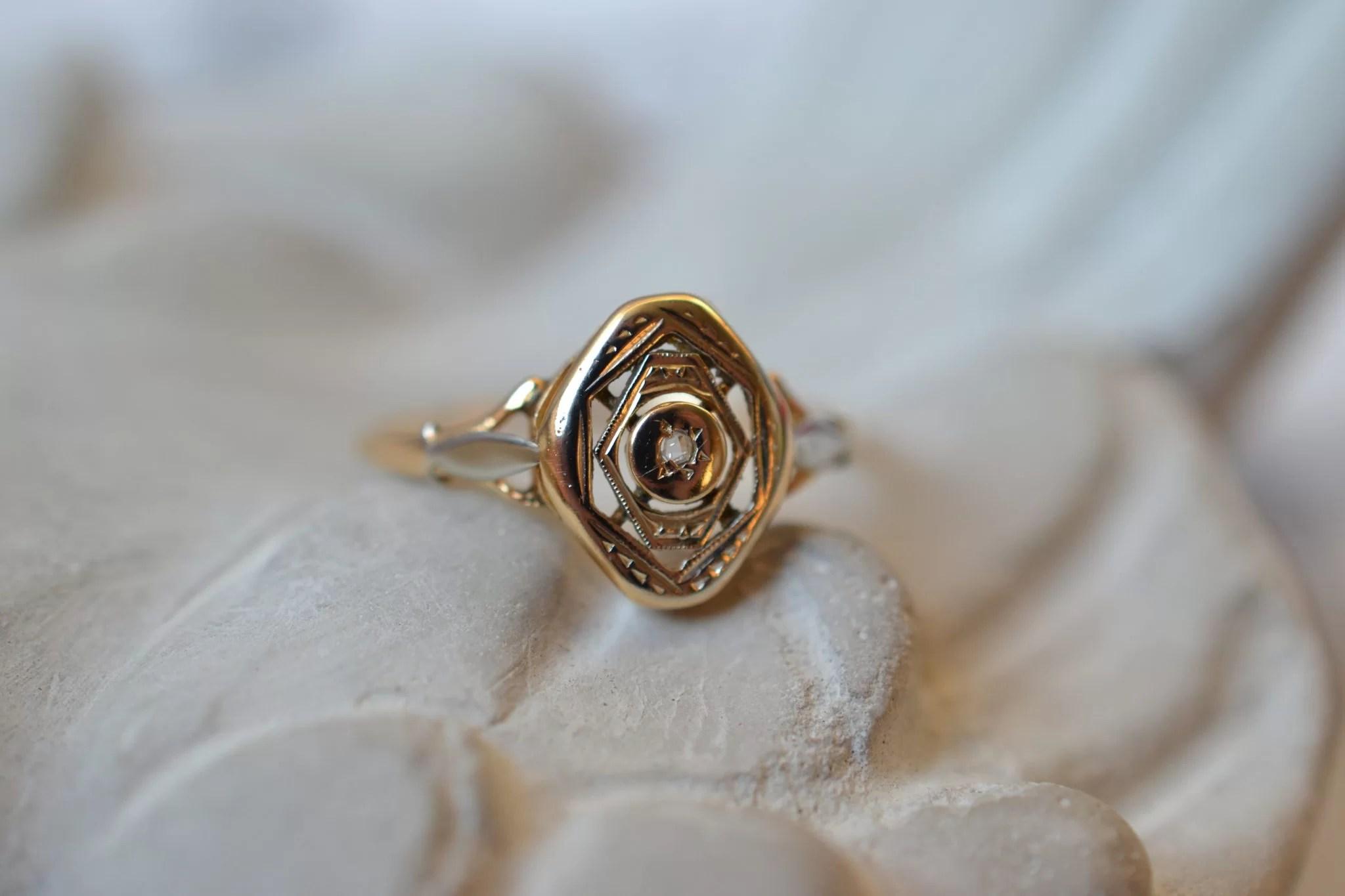 Bague losange en Or jaune et Or blanc sertie en son centre d_une pierre blanche - bague de seconde main