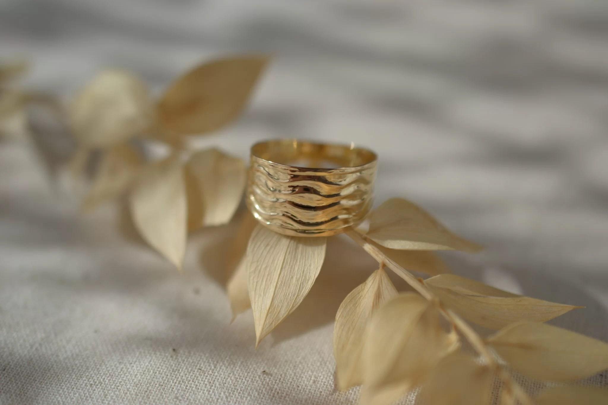 Bague simple et minimaliste en Or jaune, détails ondulés - bague de seconde main