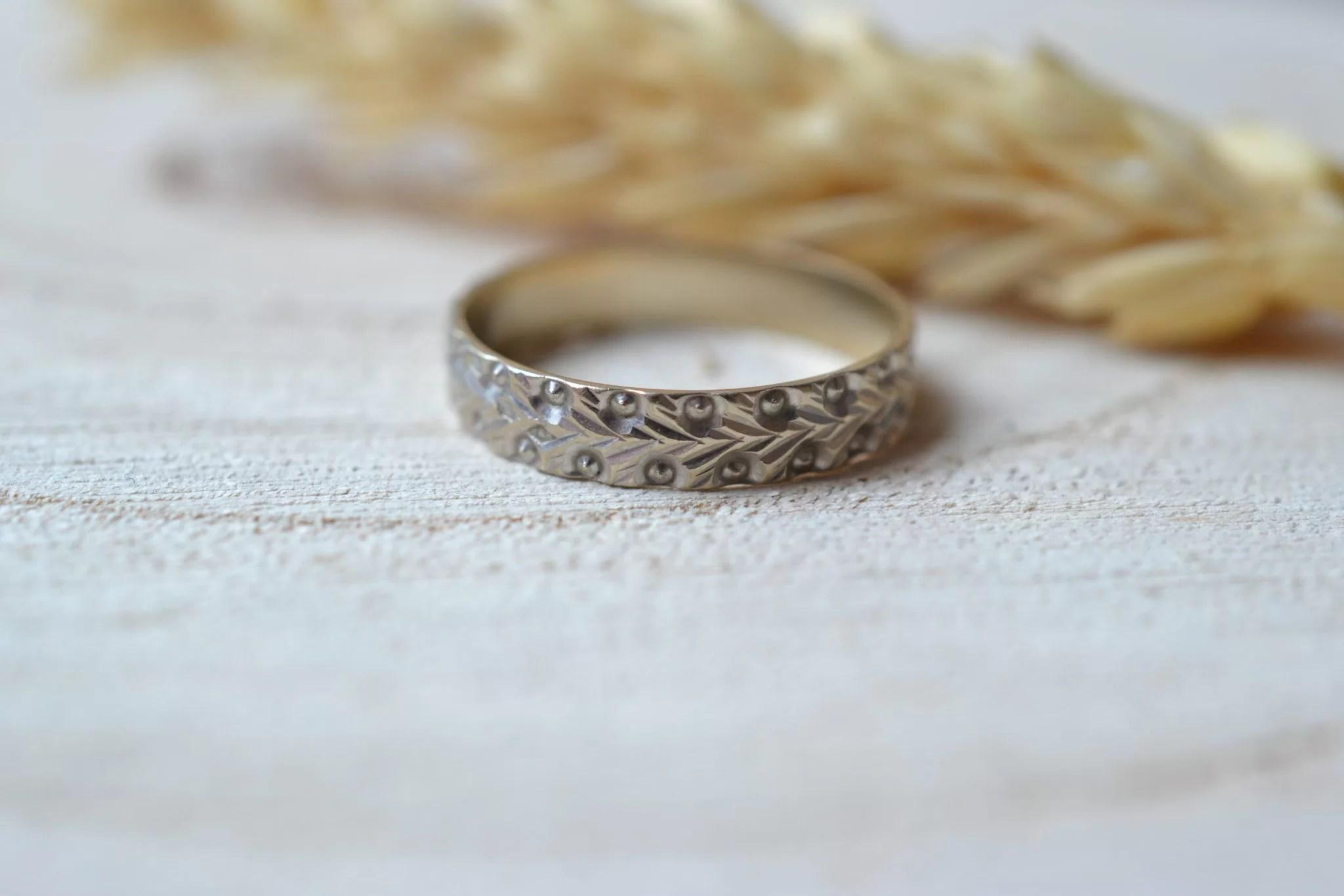 Alliance en Or blanc décorée d_un motif à chevrons - bague de seconde main