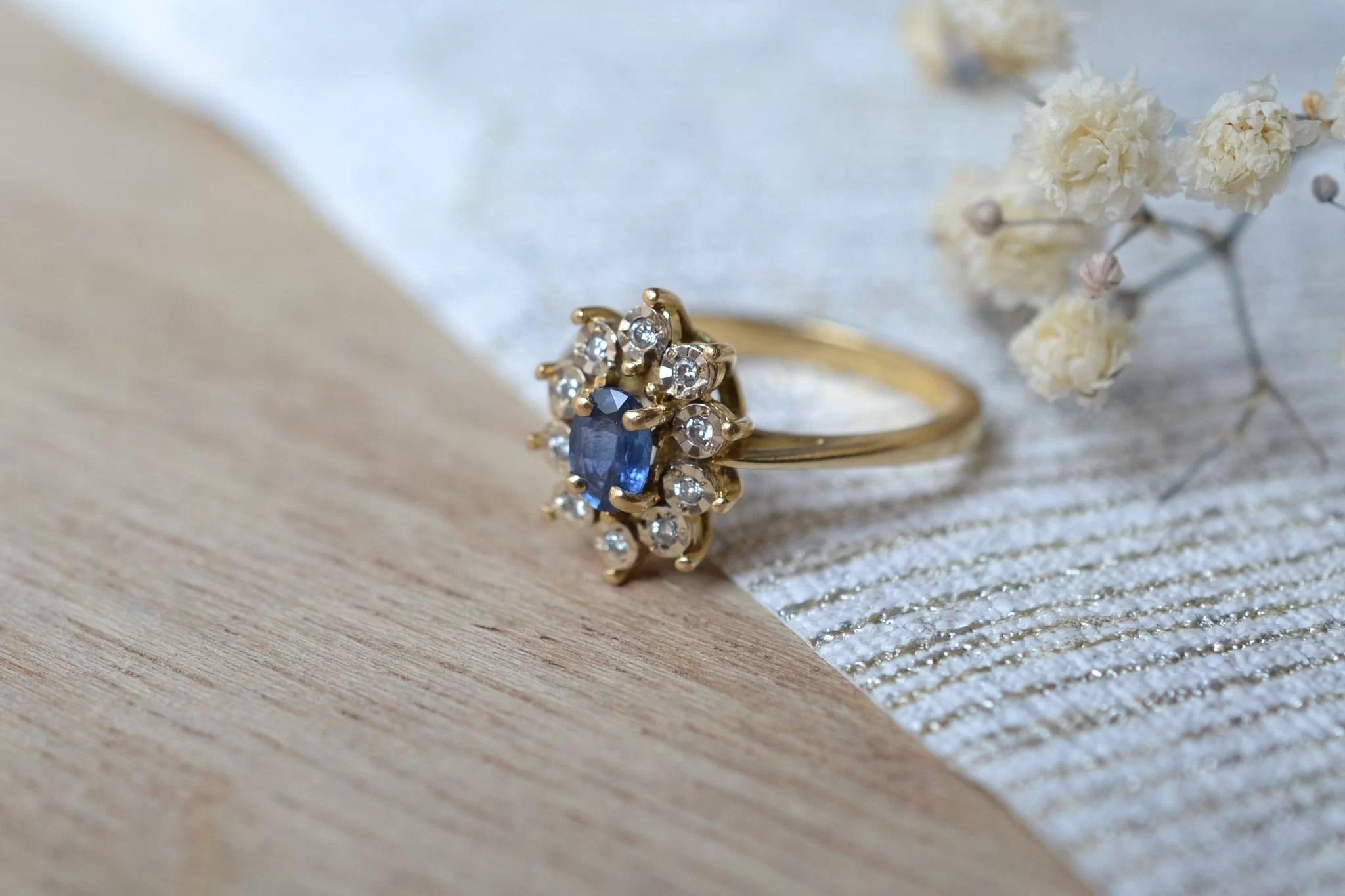Bague Marguerite Or Jaune Sertie D_un Saphir Entouré De 10 Petits Diamants - Bague Ancienne