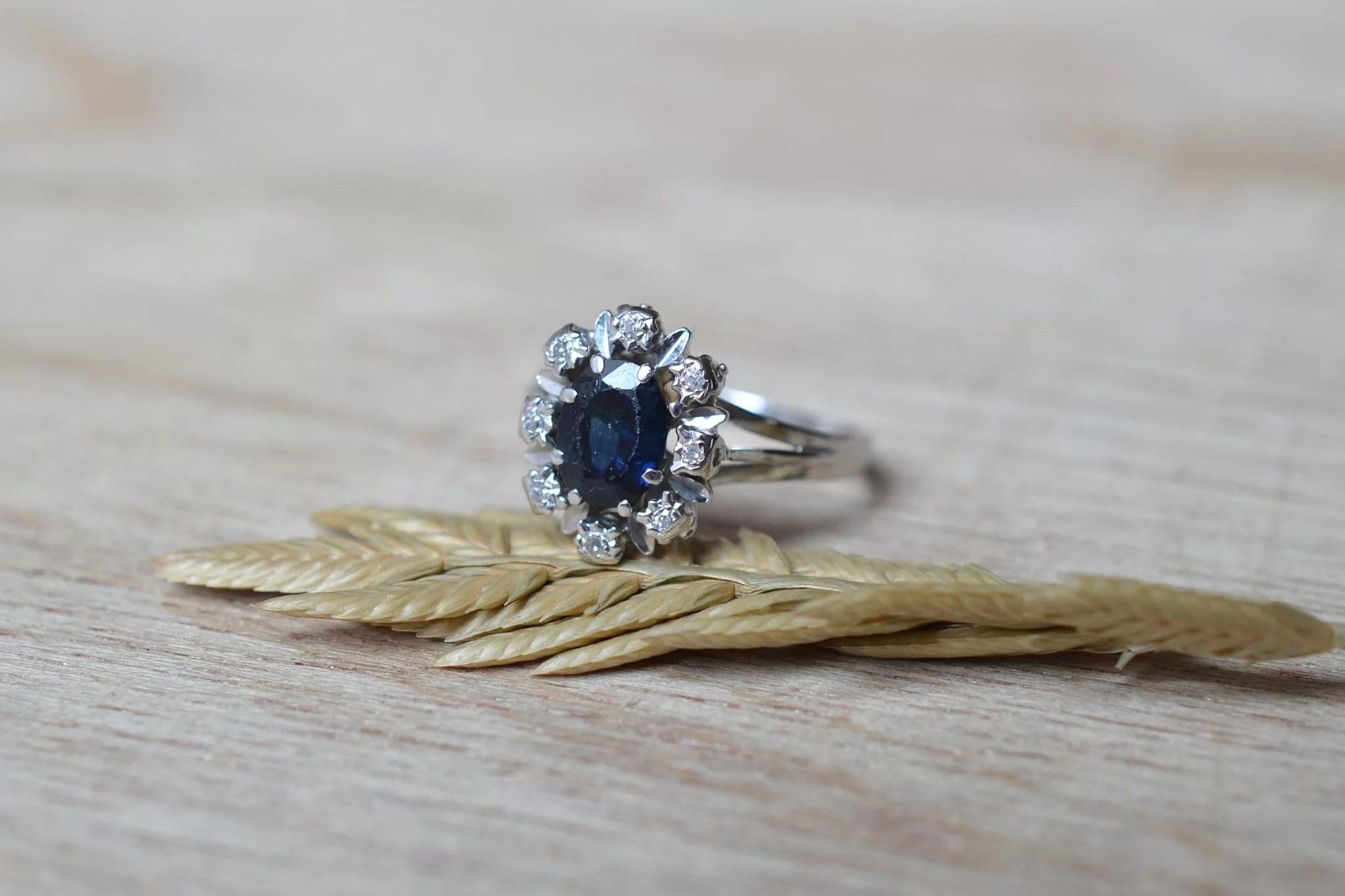Bague Marguerite En Or Blanc Centrée D_un Saphir égrisé Entouré De Diamants 8_8 - Bague Ancienne