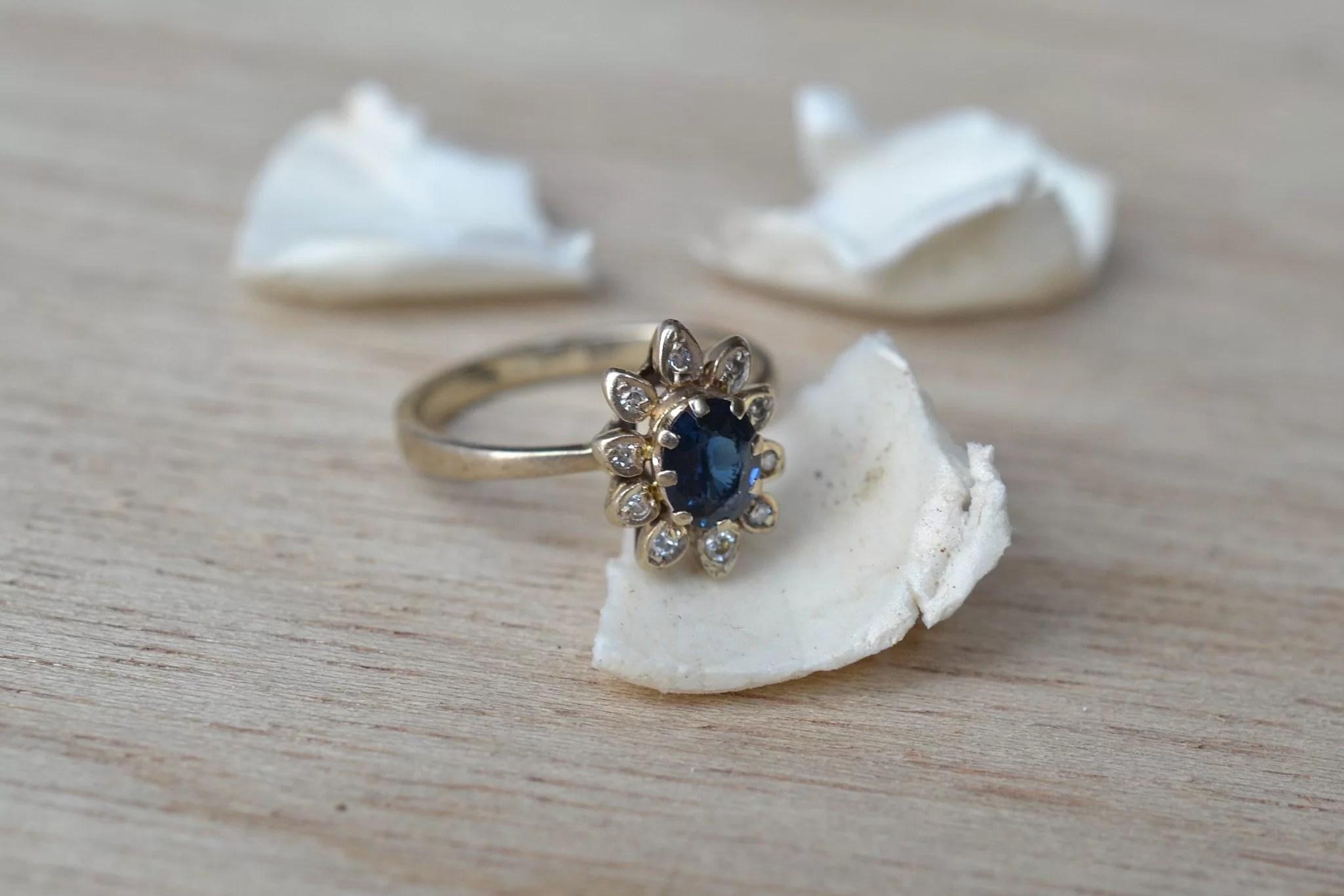 Bague Marguerite En Or Blanc Ornée D_un Saphir égrisé Entouré De Diamants De Taille 8_8 - Bague Ancienne