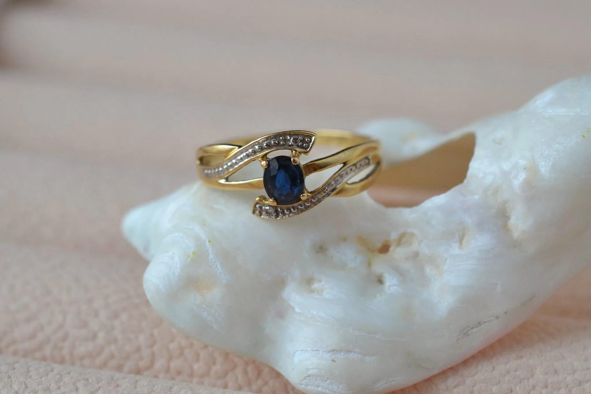 Bague ajourée en Or jaune et Or blanc sertie d_un saphir et de deux petits diamants - bague de fiançailles Vintage