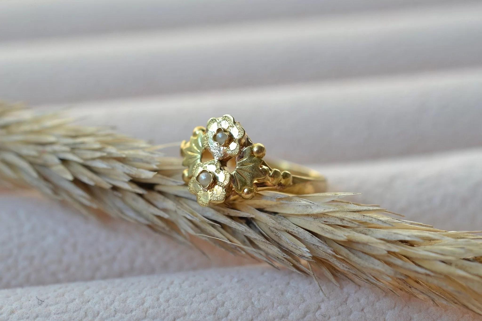 Bague Ancienne En Or Jaune À Motifs De Fleurs Serties De Petites Perles - Bague Ancienne