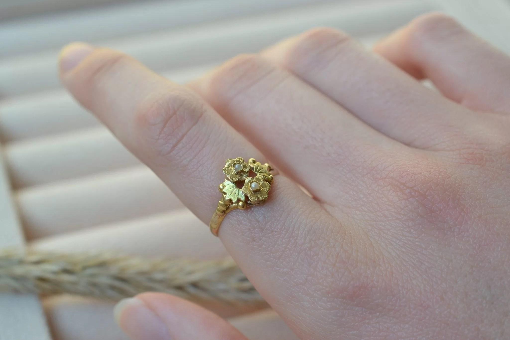 Bague ancienne en Or jaune à motifs de fleurs serties de petites perles - bague d_occasion