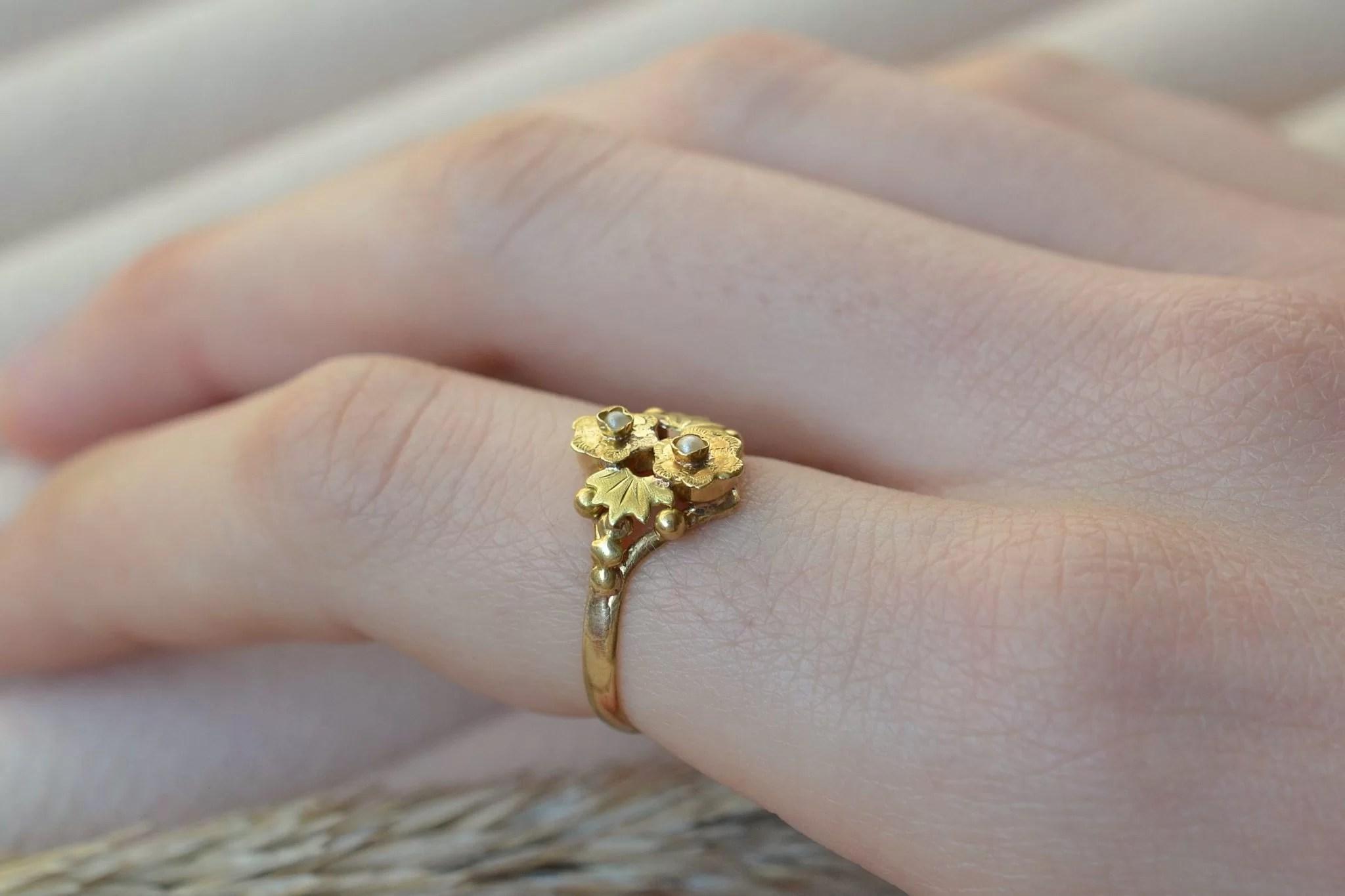 Bague ancienne en Or jaune à motifs de fleurs serties de petites perles - bague éthique et éco-responsable