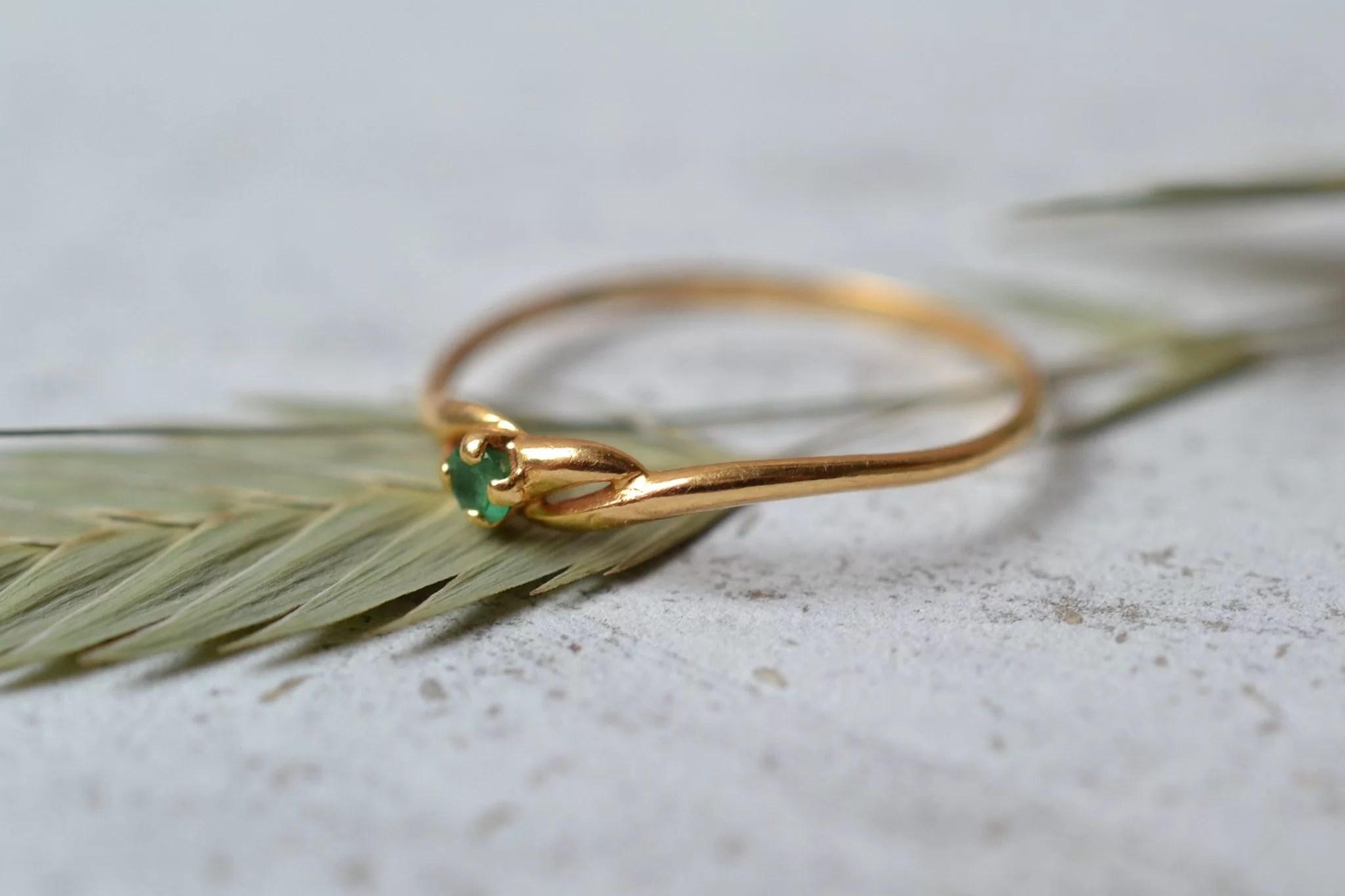 Bague en Or jaune sertie d_une petite pierre verte - bague Vintage