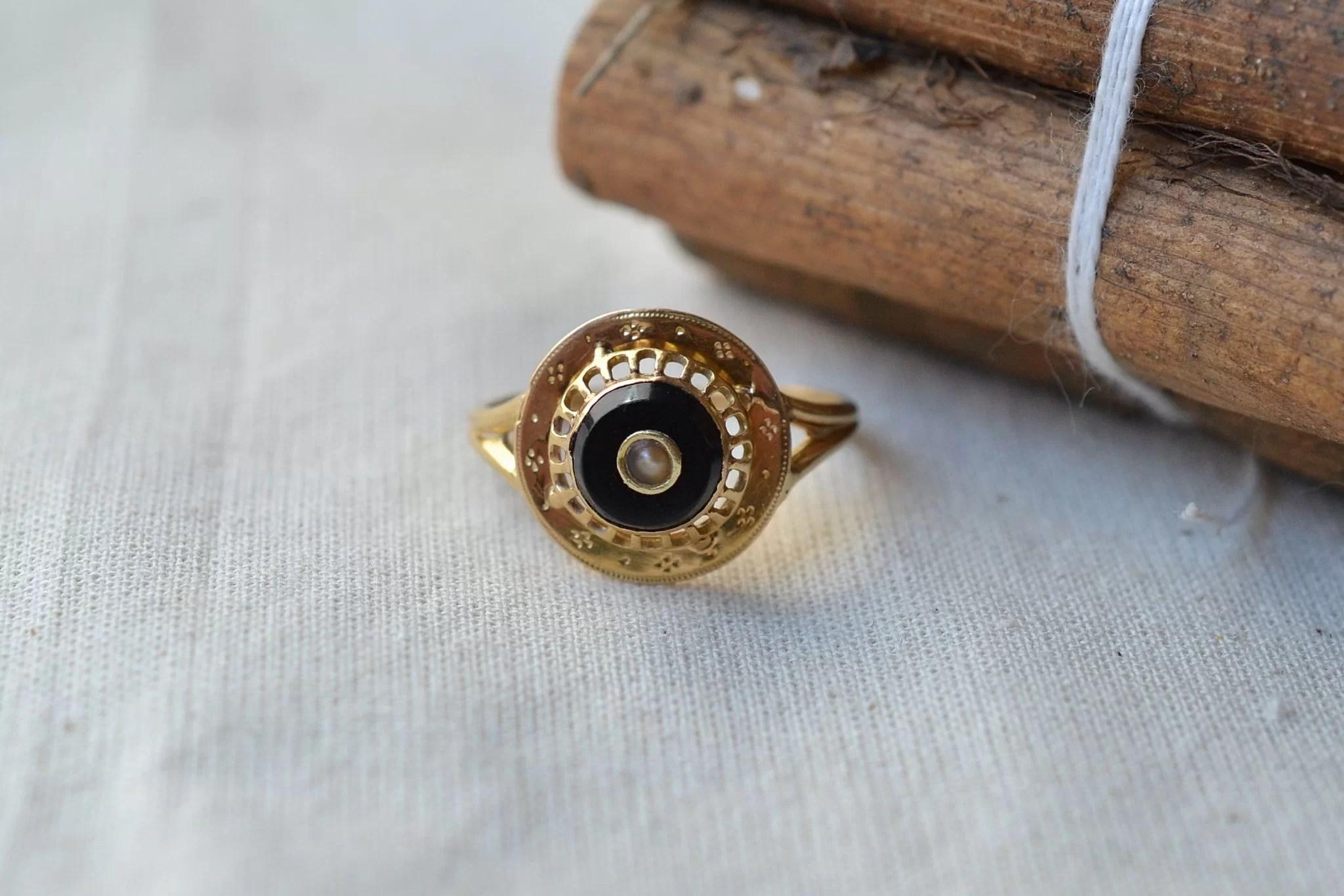 Bague en Or jaune sertie d_une plaque d_onyx noir centrée d_une perle baroque - bague de fiançailles Vintage
