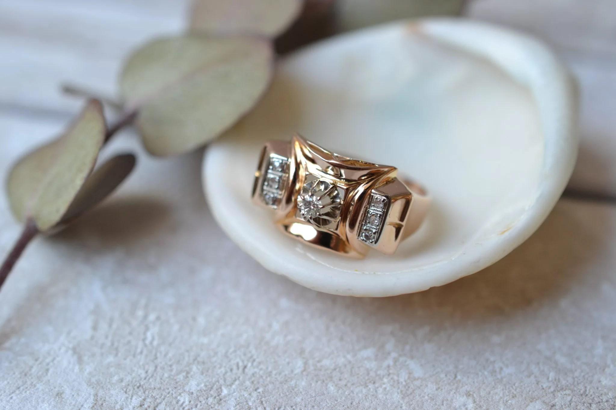 Bague en Or jaune style Tank ornée d_un diamant central, épaulé de deux bandes de diamants - bague ancienne