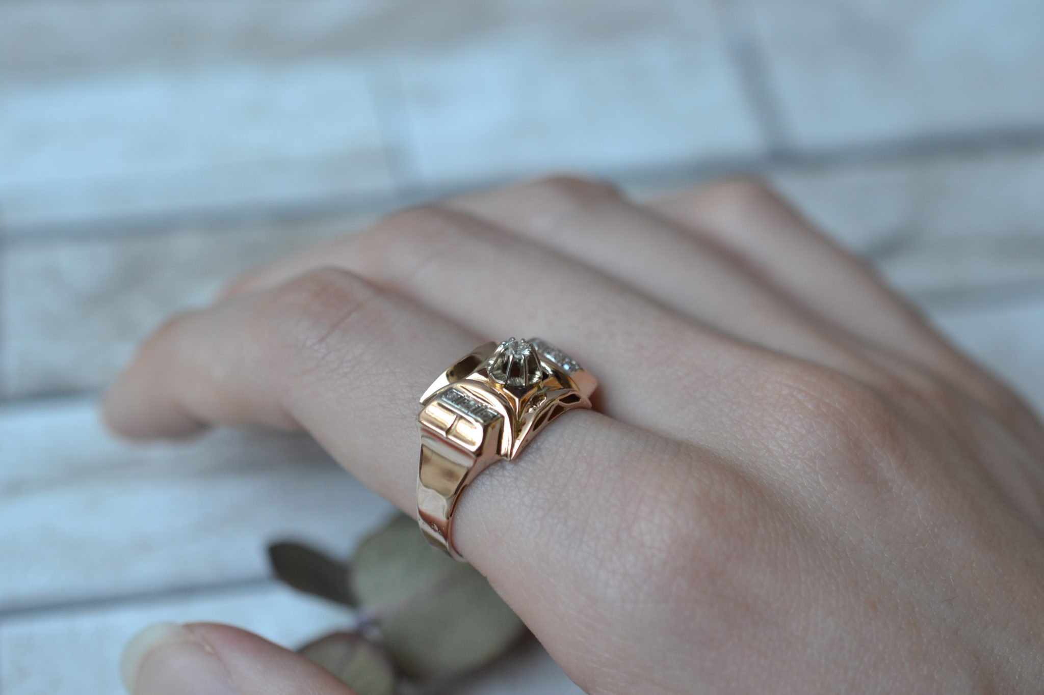 Bague en Or jaune style Tank ornée d_un diamant central, épaulé de deux bandes de diamants - bague de seconde main
