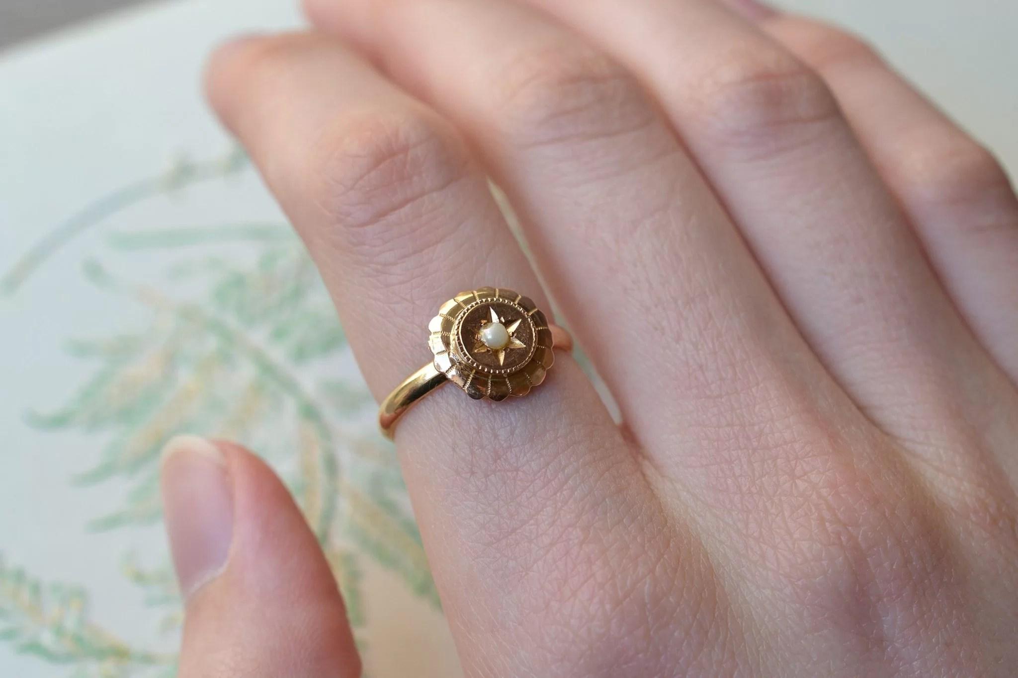 Bague monture en Or jaune, au plateau circulaire ciselé et ornée d_une demi-perle de culture - bague rétro