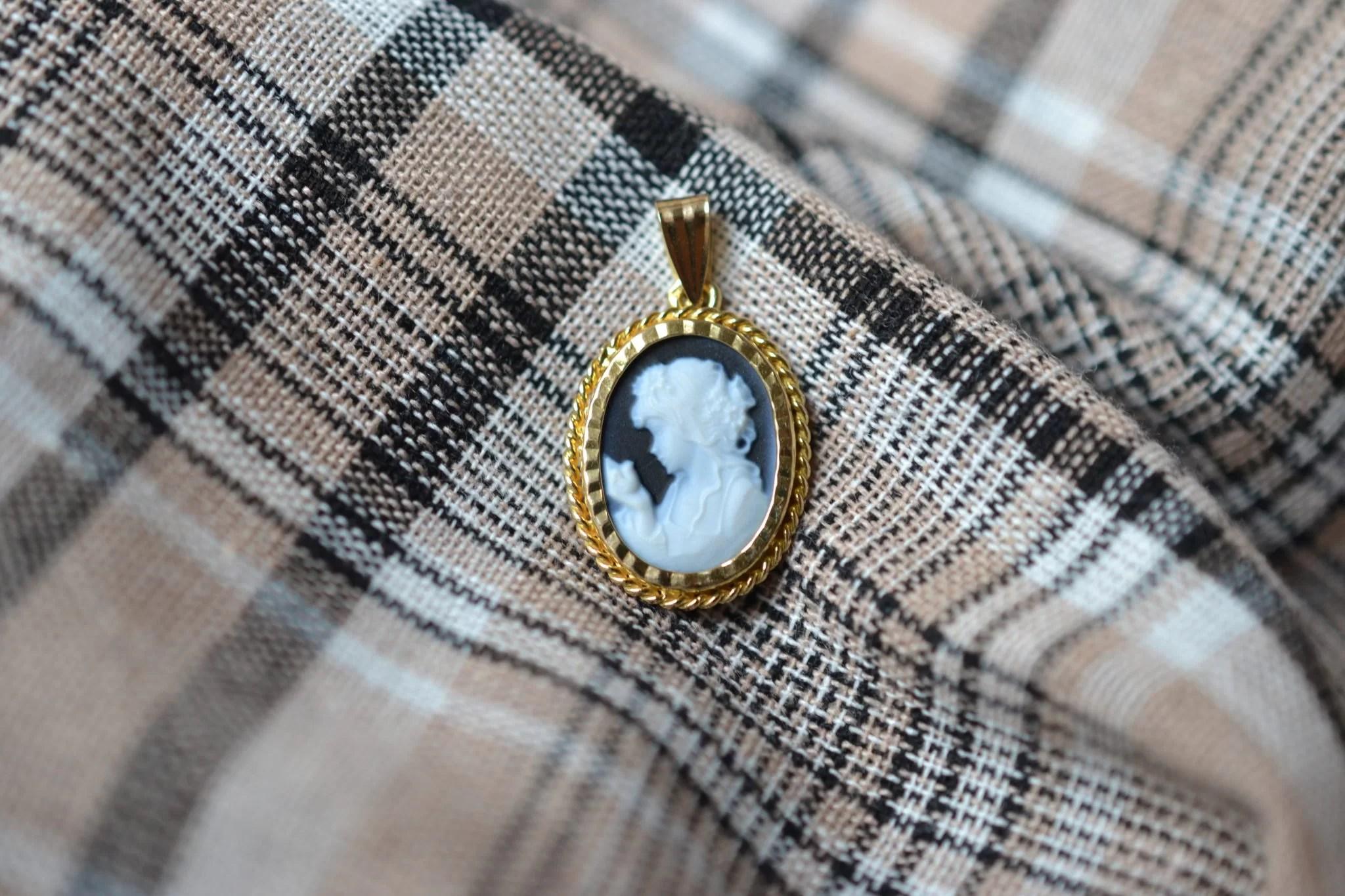 Pendentif en Or jaune serti d_un camée au profil de femme sur une plaque d'Onyx - bijou de seconde main