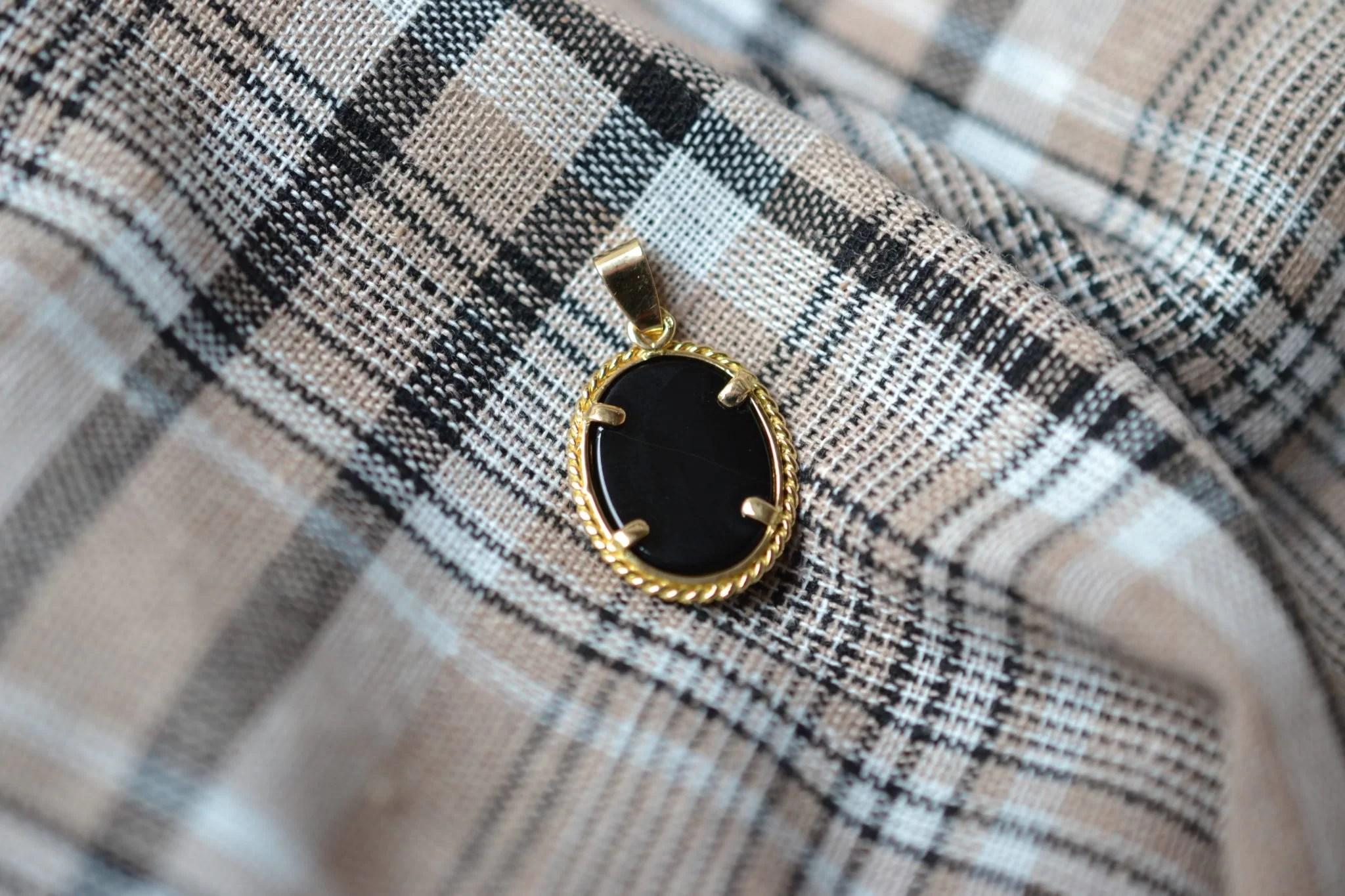 Pendentif en Or jaune serti d_un camée au profil de femme sur une plaque d'Onyx - bijou rétro