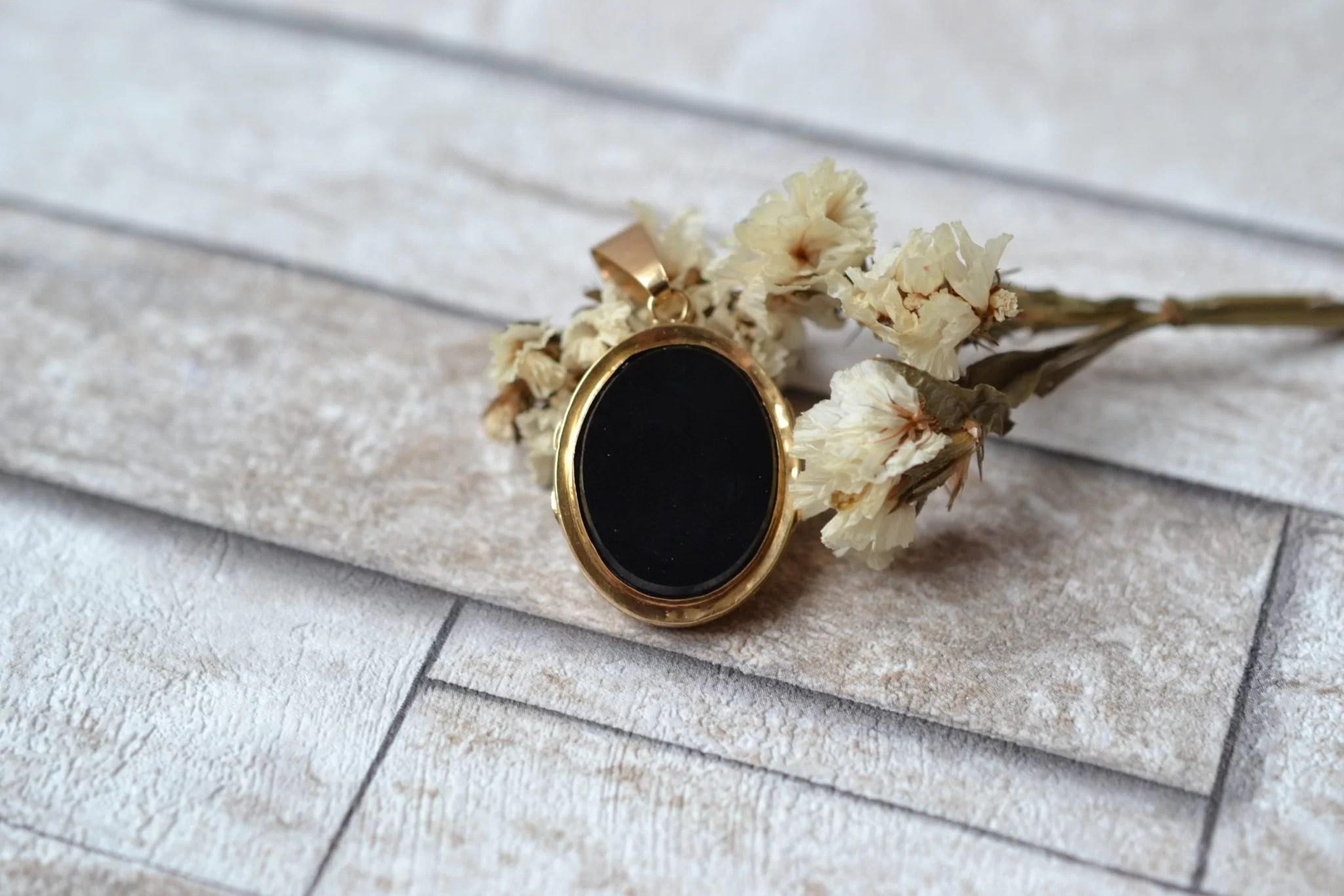 Pendentif porte-souvenir monture en Or jaune, serti de deux plaques d_Onyx et d_un écusson - bijou éthique