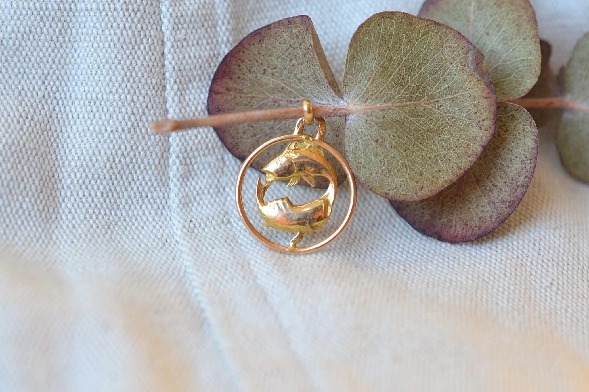 Médaille en Or jaune du signe des poissons, chiffrée au dos - bijou Vintage