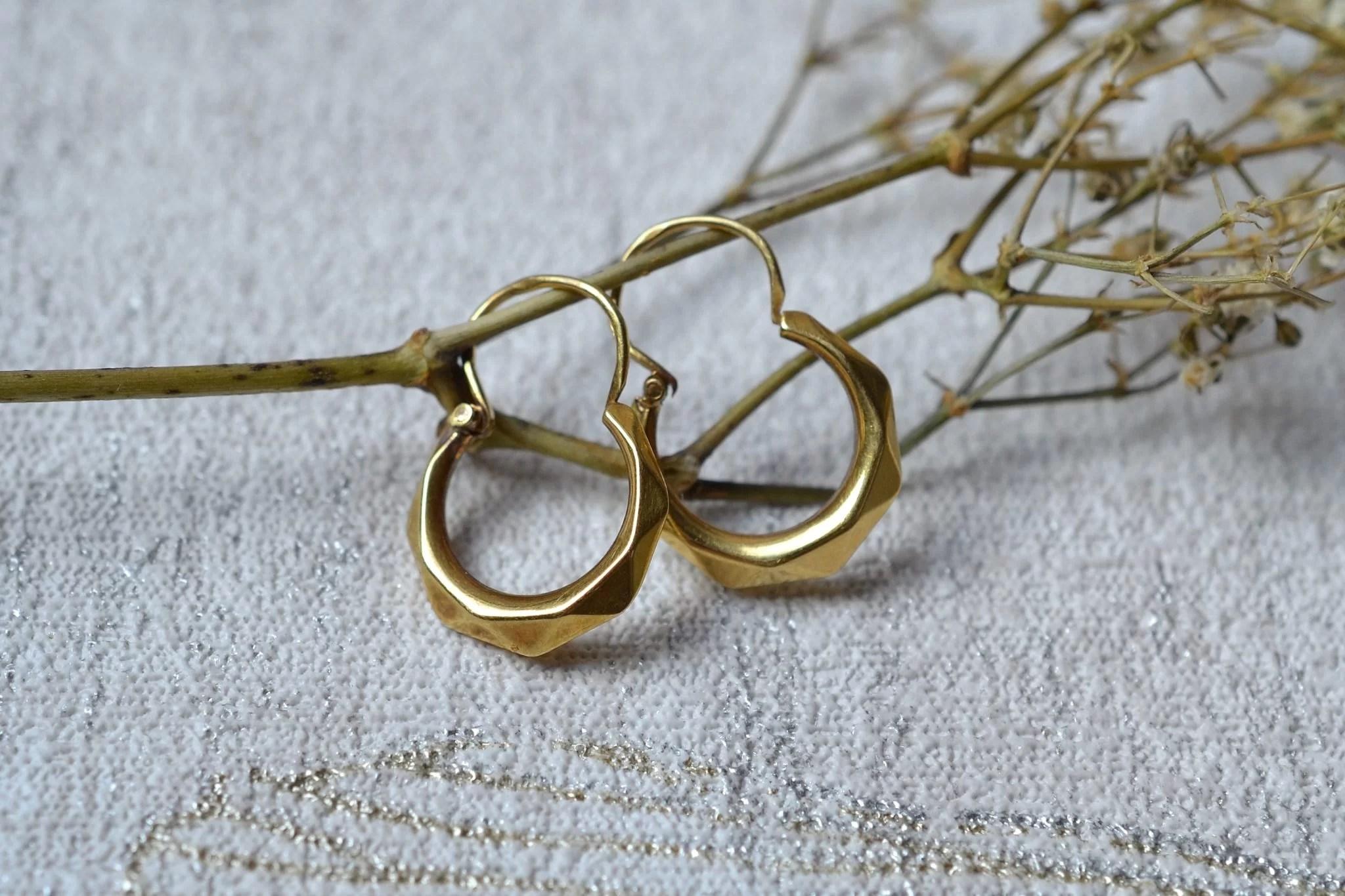 Paire de légères créoles facettées en Or jaune - boucles d_oreilles anciennes