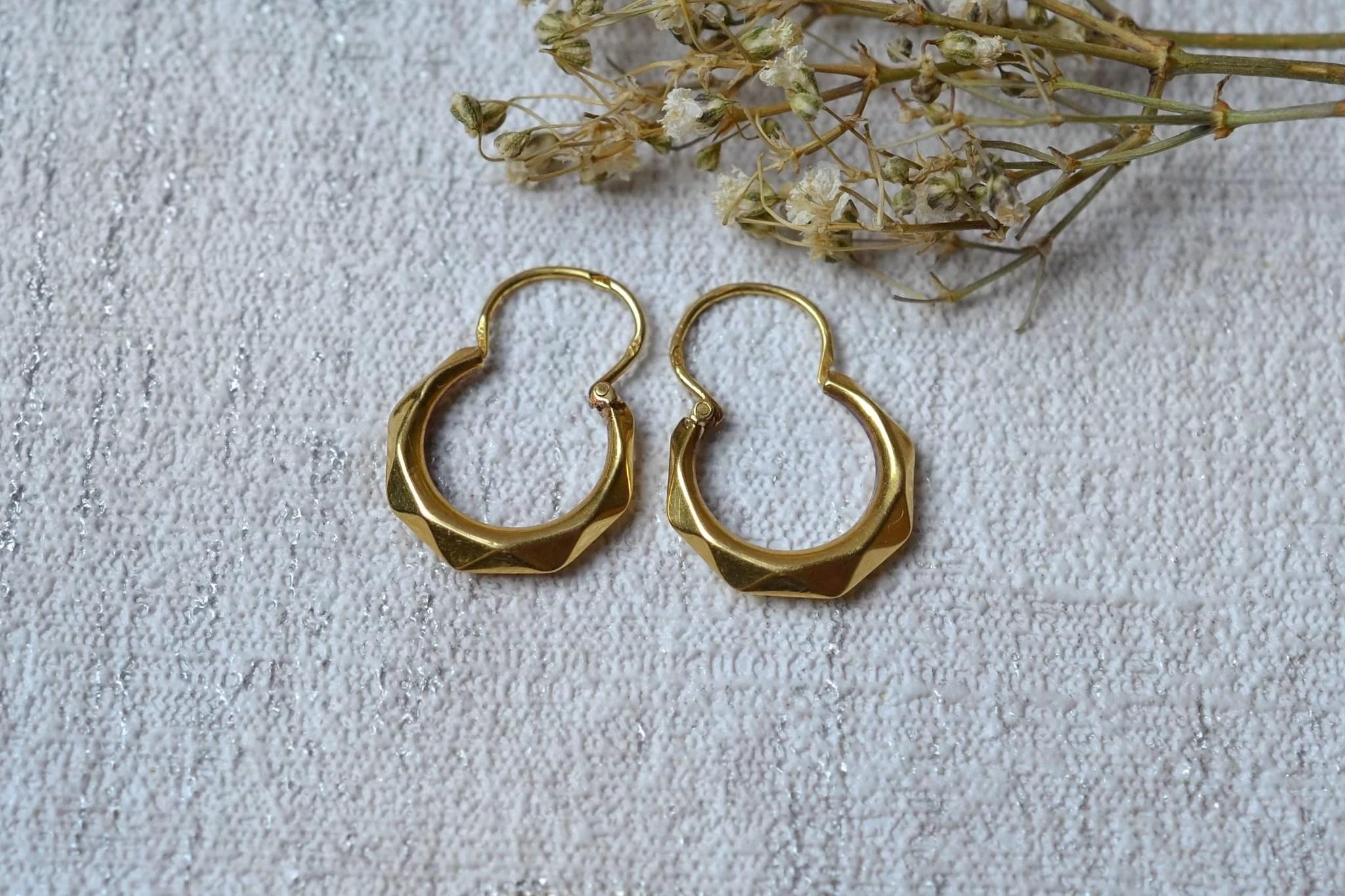 Paire de légères créoles facettées en Or jaune - boucles d_oreilles de seconde main