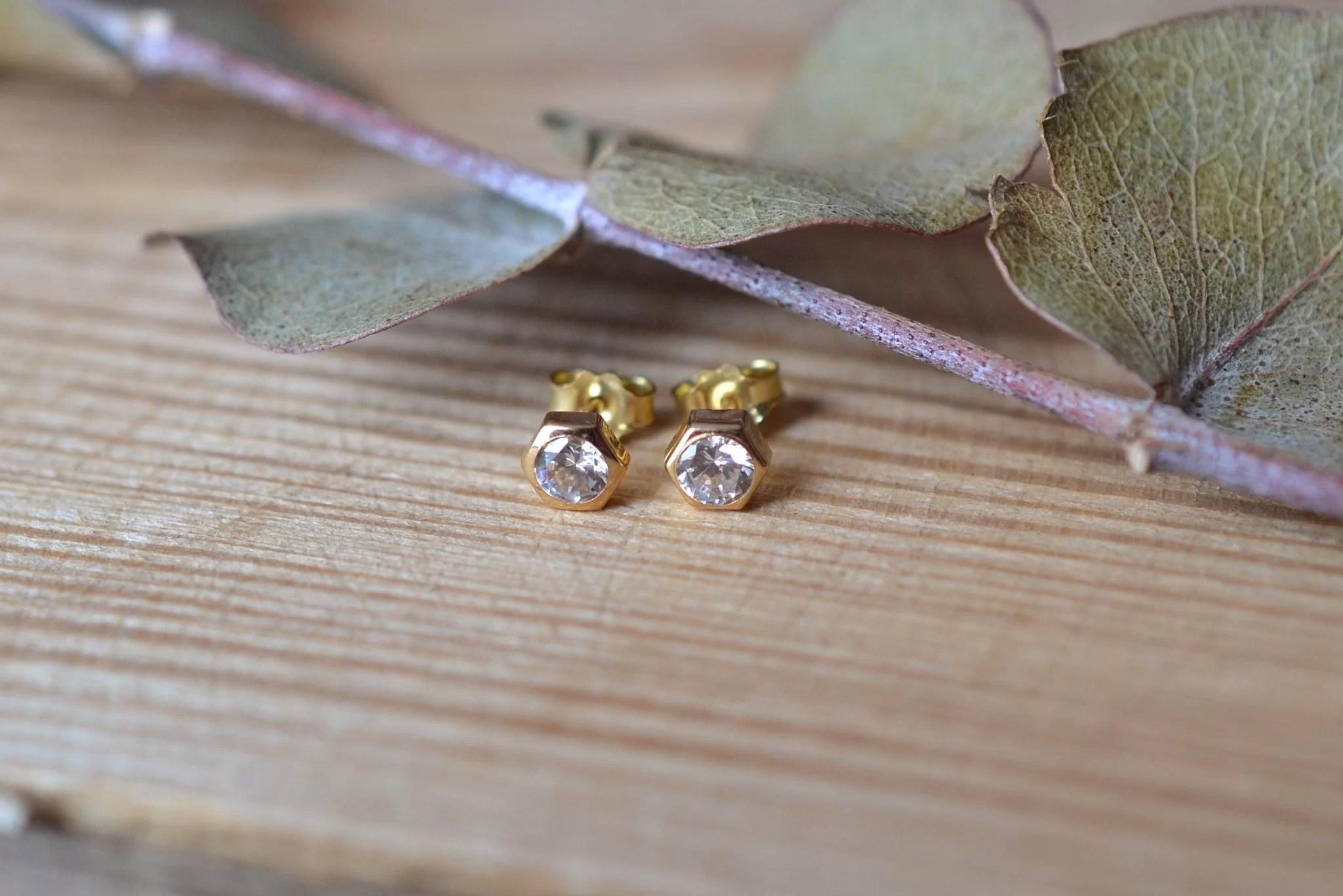 Paire de puces d'Oreilles en Or jaune serties de pierres - boucles d_oreilles de seconde main